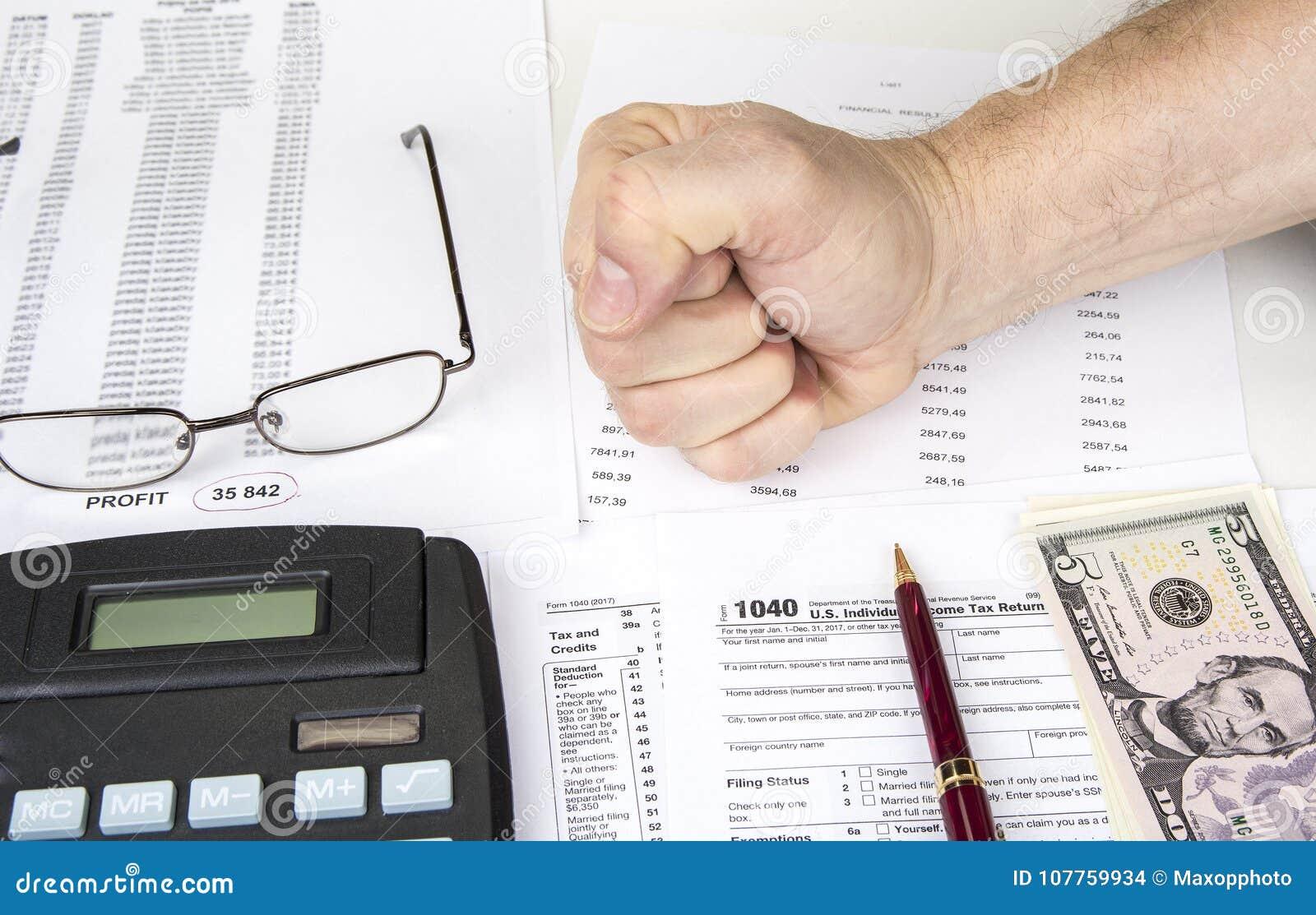 Het berekenen aantallen voor inkomensbelastingaangifte met pen, glazen en calculator