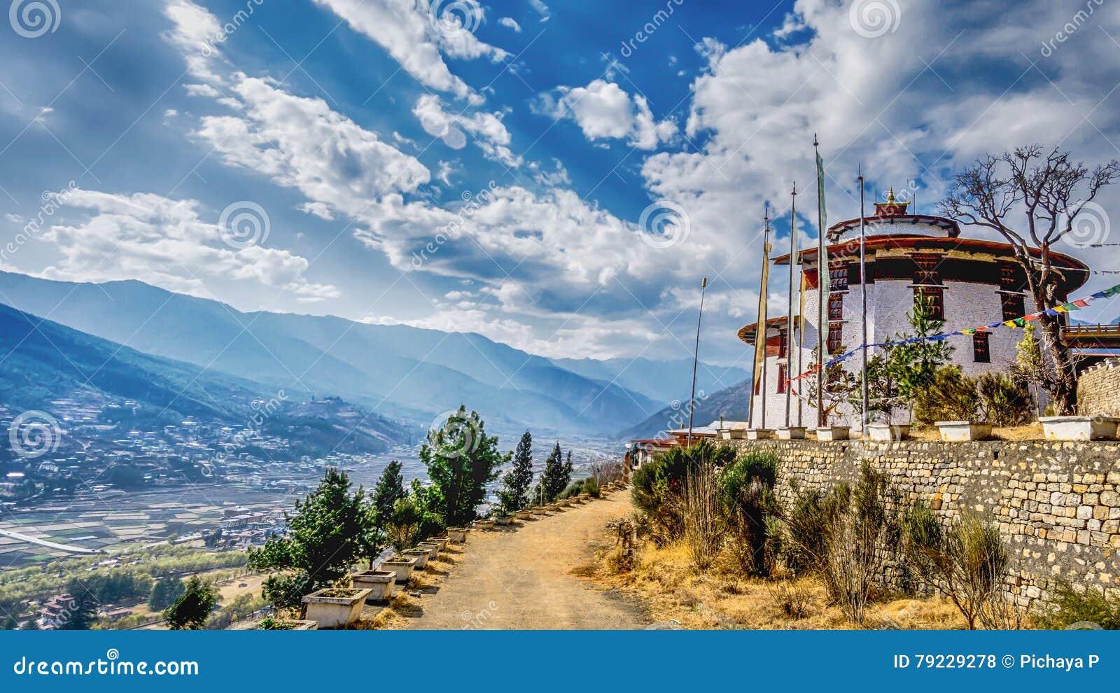 Het Bergdorp met landelijke weg op een Sunny Summer-dag