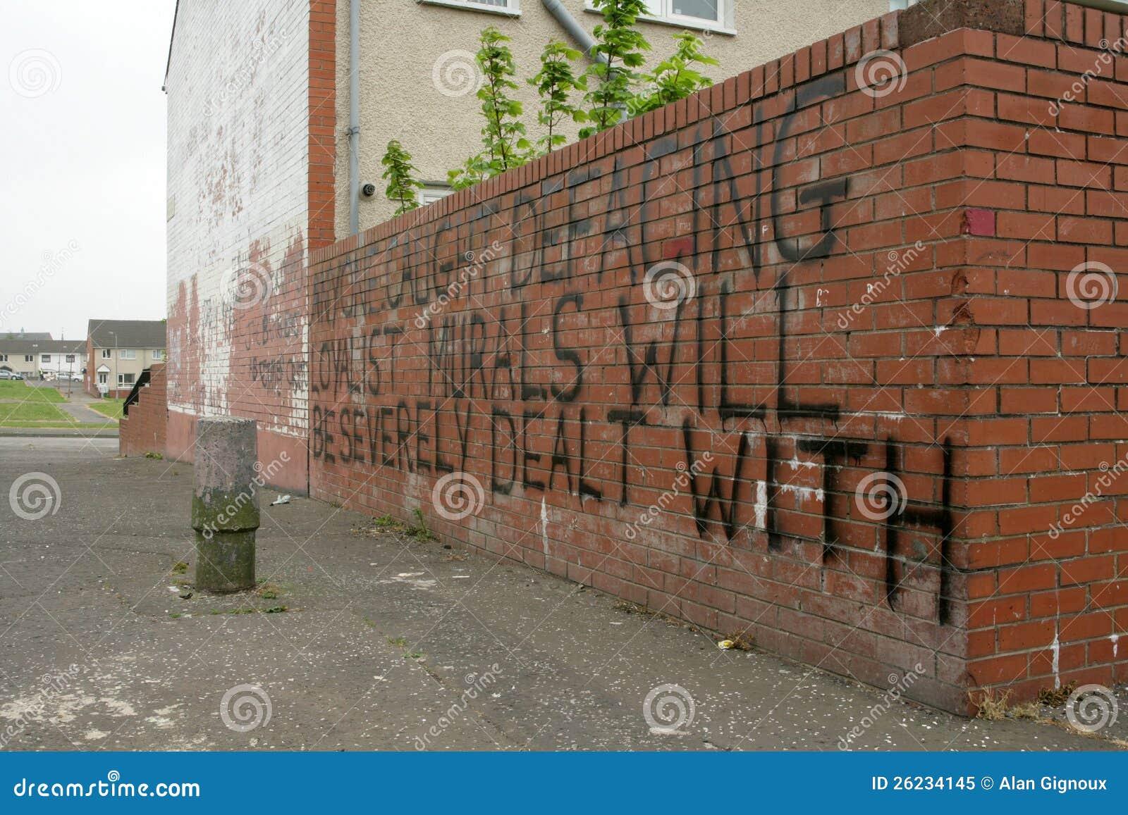 Het bericht van de regeringsgetrouwewaarschuwing op een bakstenen muur belfast redactionele - Kleden muur op ...