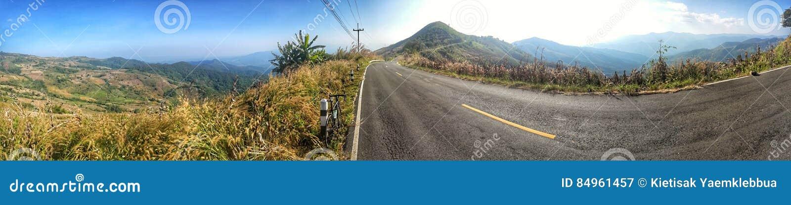 Het berijden van een fiets op heuvel
