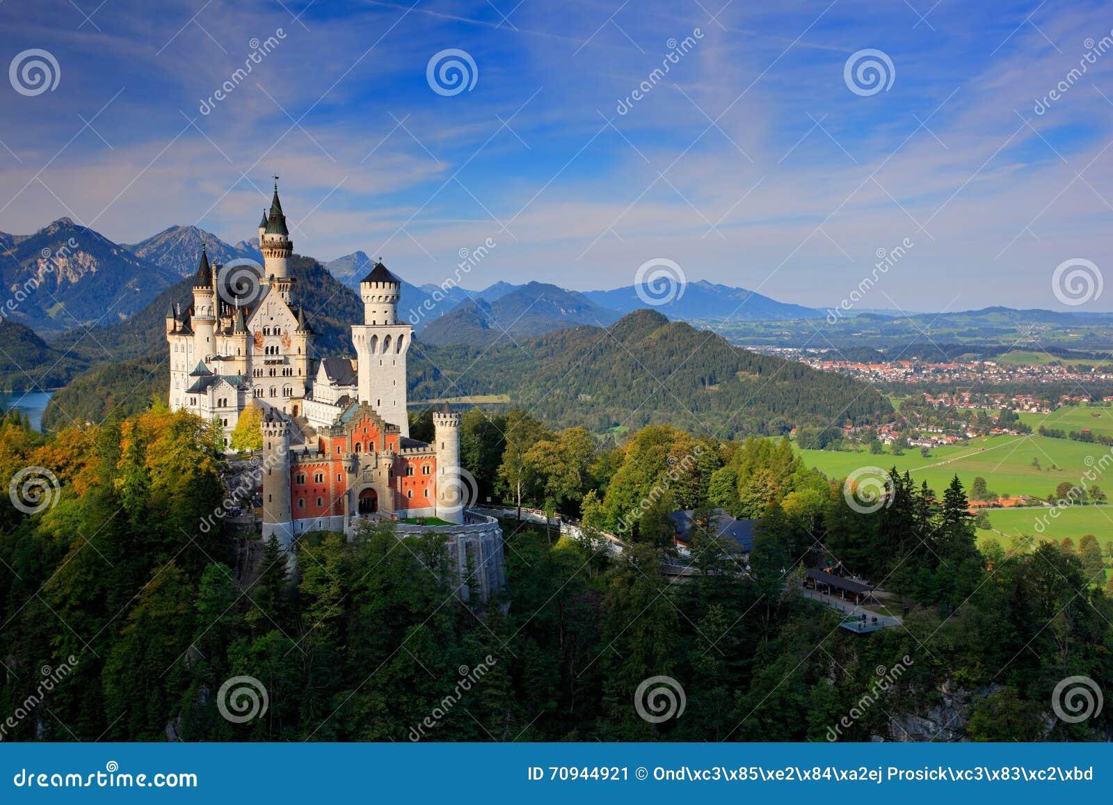 Het beroemde Kasteel van sprookjeneuschwanstein in Beieren, Duitsland, recente middag met blauwe hemel met witte wolken