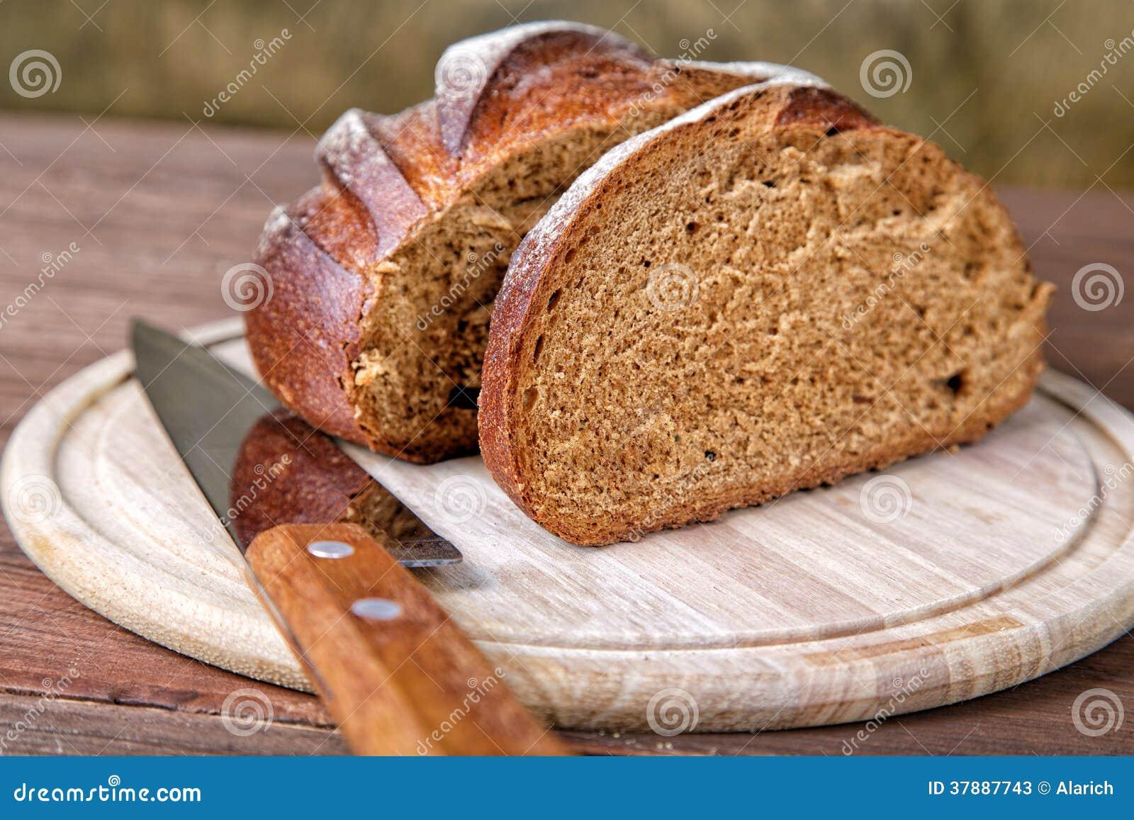 Het besnoeiings zwarte brood op een lijst