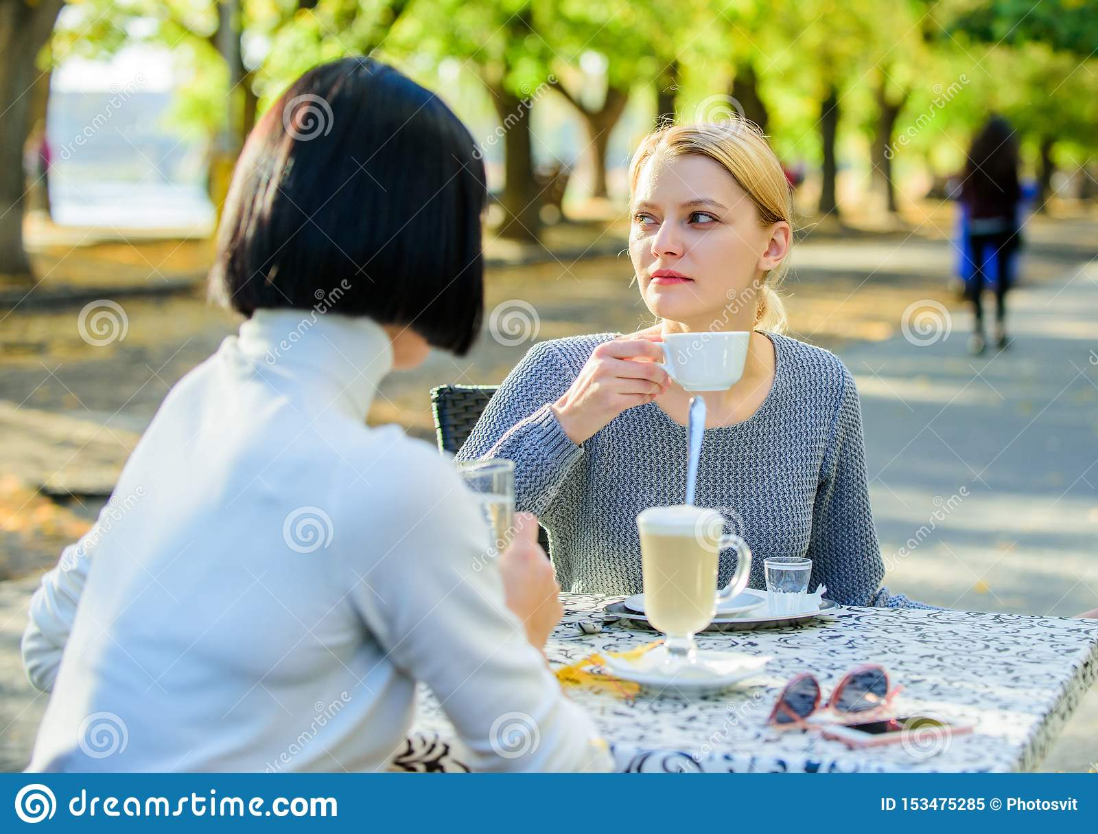 Het bespreken van geruchten Vertrouwende mededeling Vriendschapszusters Vriendschapsvergadering Vrouwelijke vrije tijd De meisjes