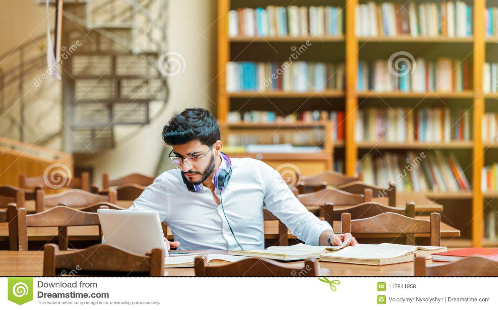 Het bestuderen in de bibliotheek