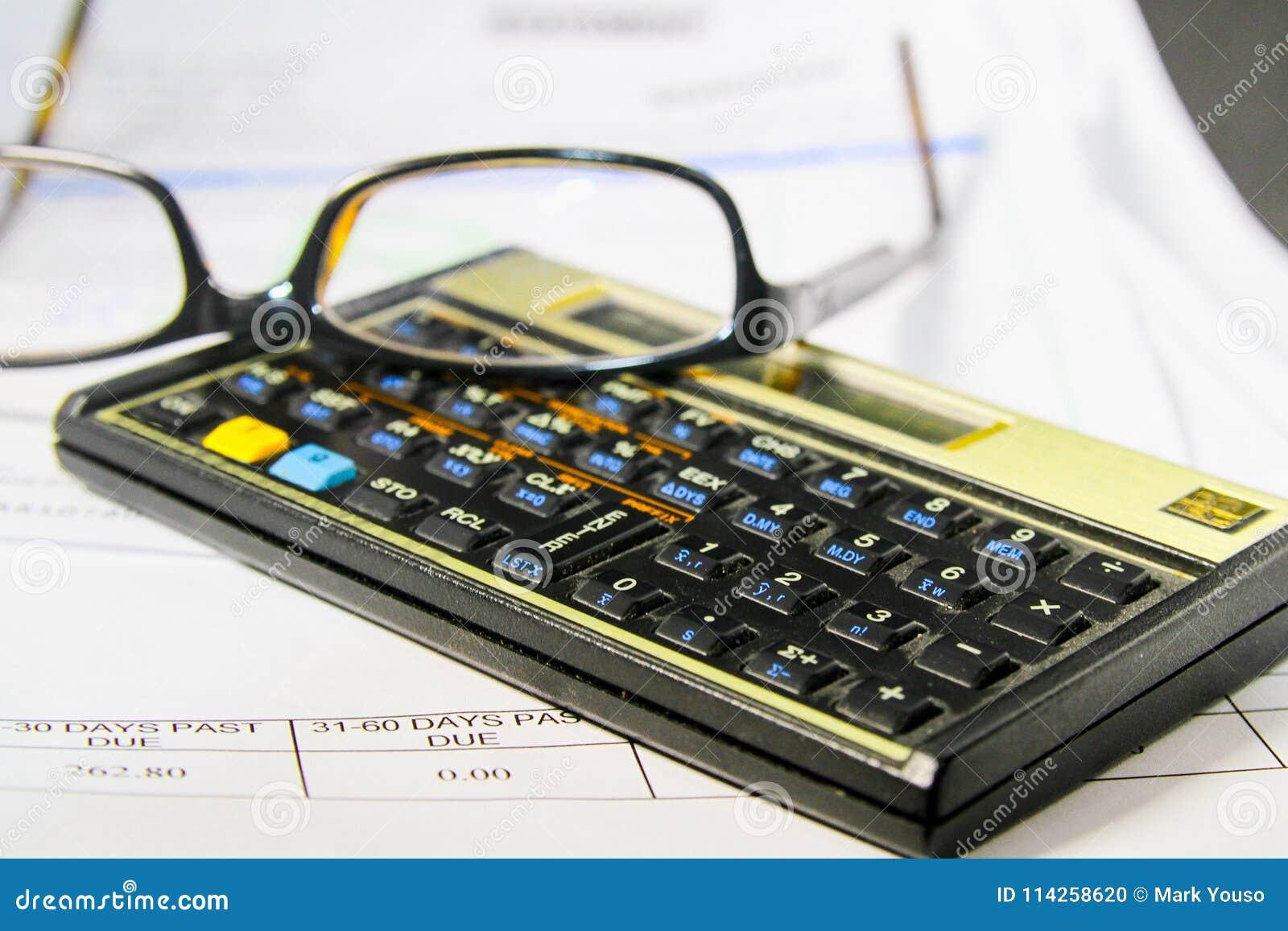 Het betalen van Rekeningen met een Calculator en het Lezen van Glazen
