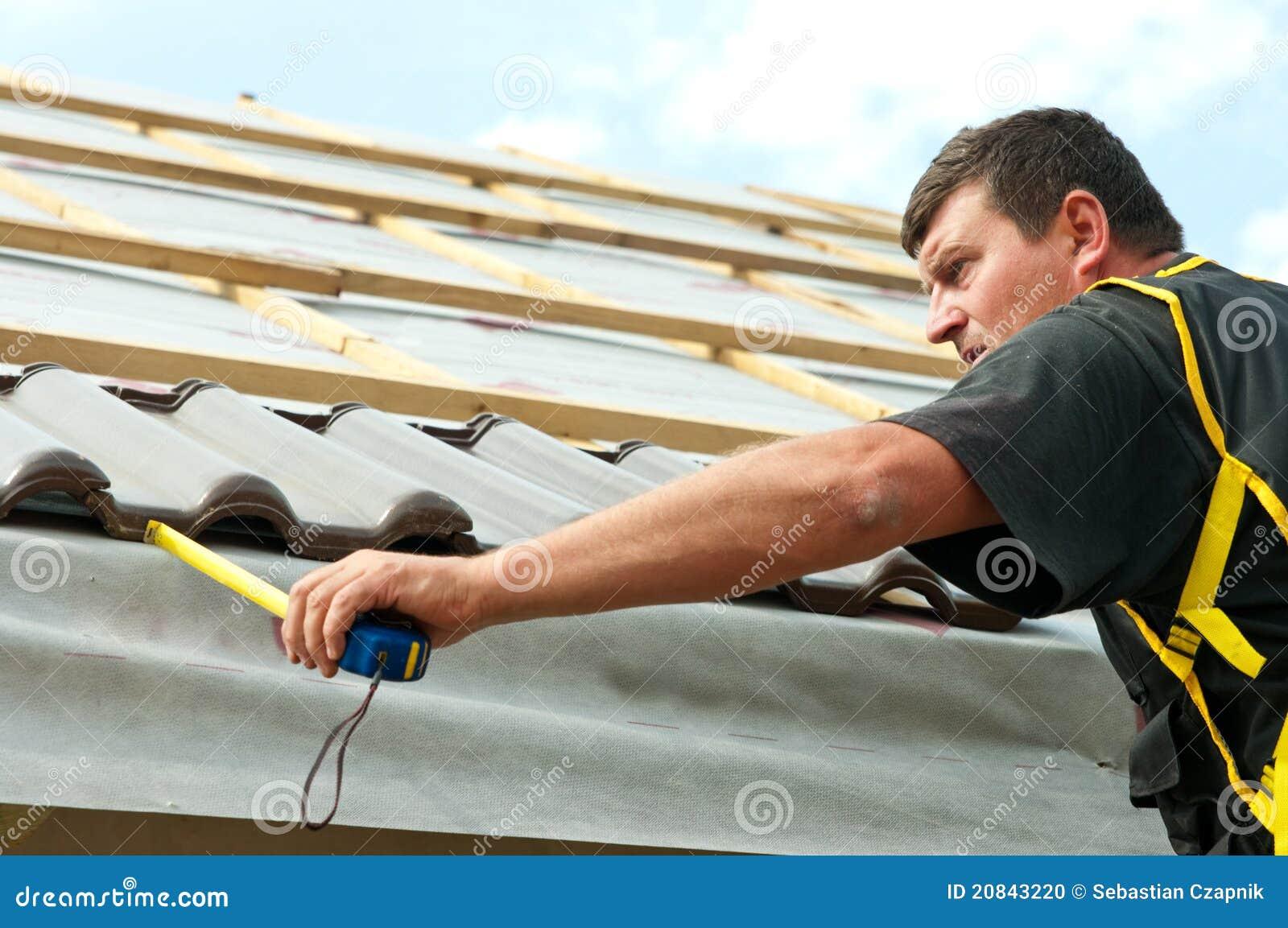 Het betegelen van de werkman dak
