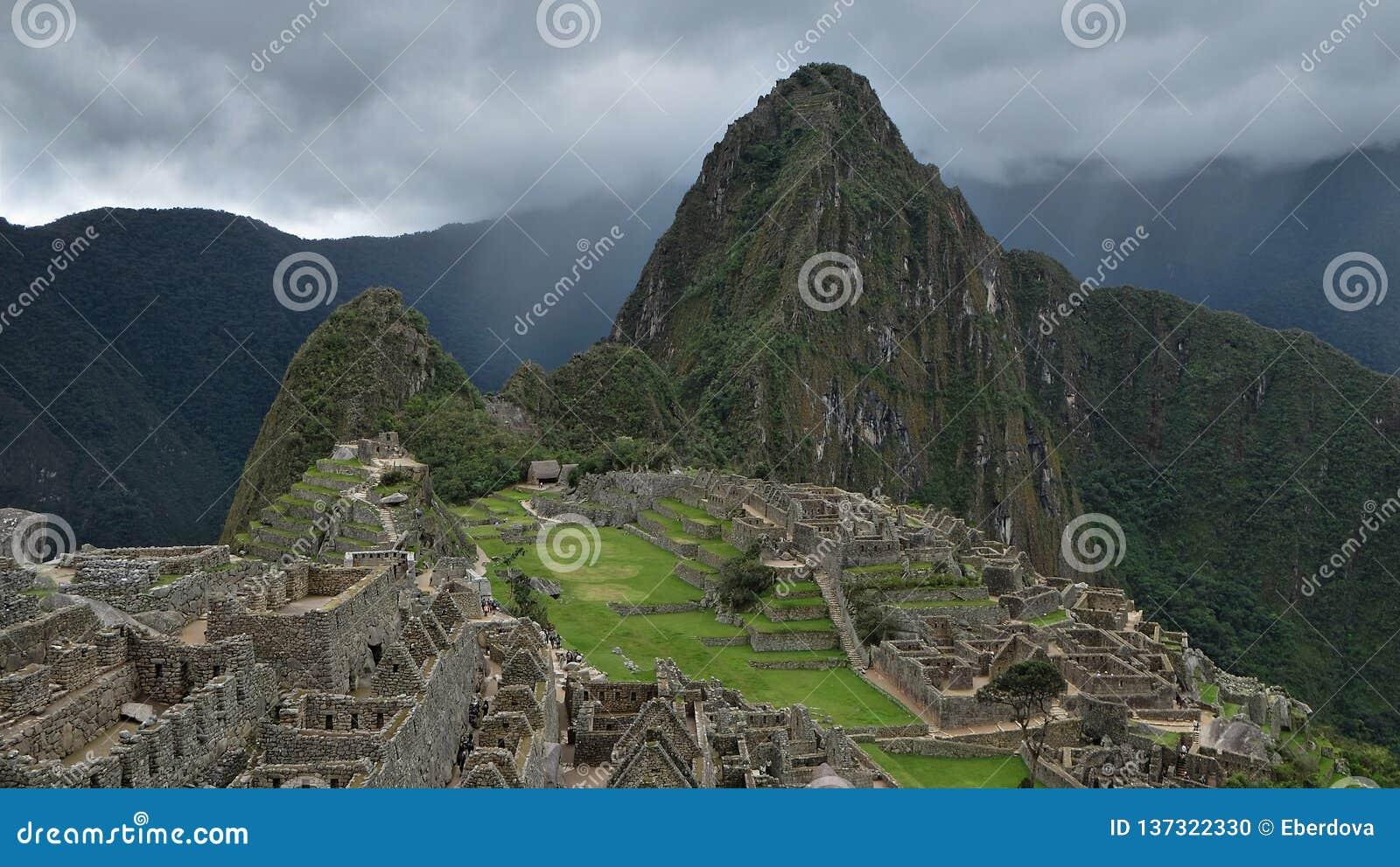 Het bewolkte motning bij de archeologische plaats van Machu Picchu