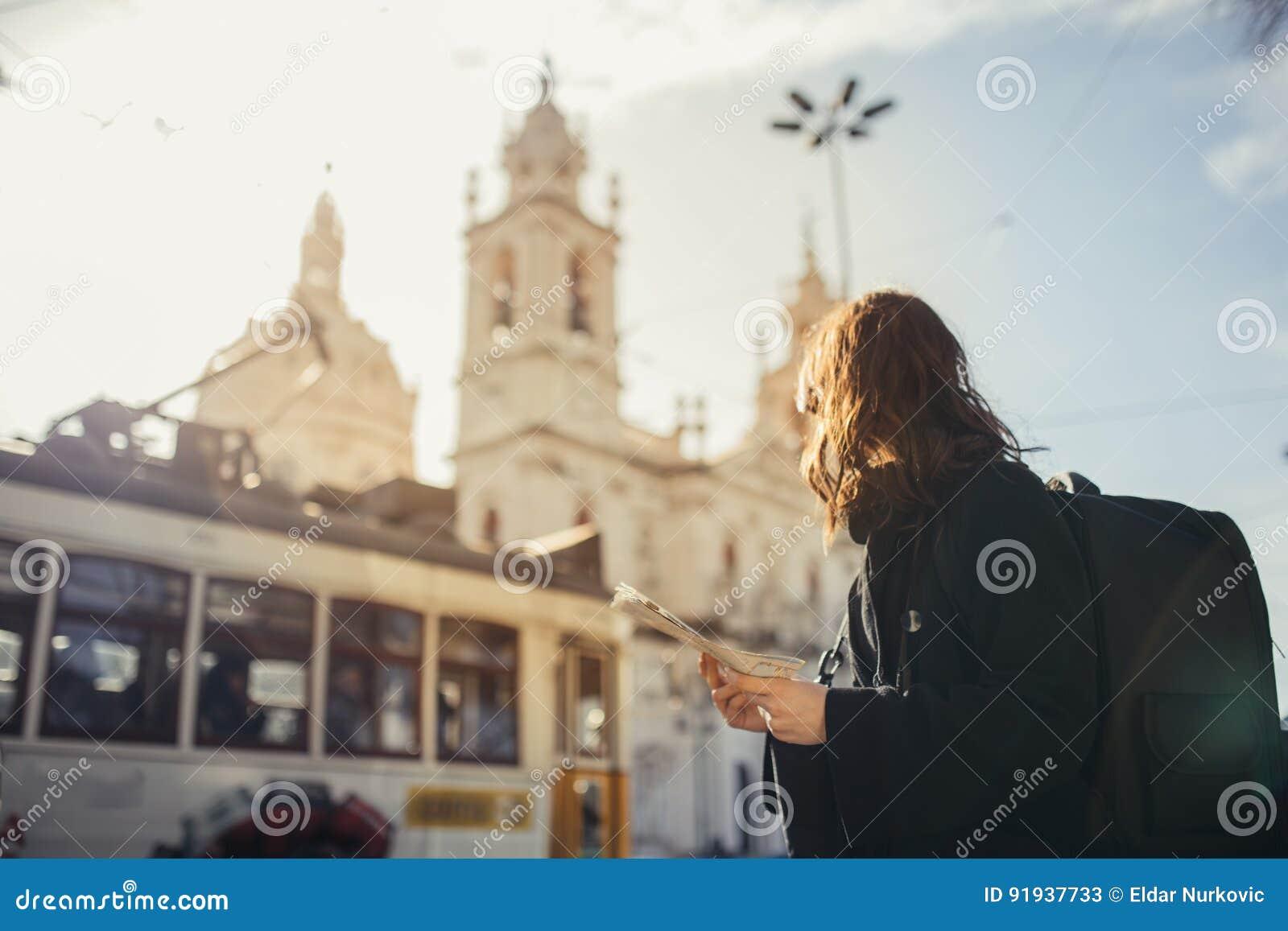 Het bewonderen van verbazende zonsondergang in Europese metropola Het reizen in Europa Vrouwelijke turist voor Basiliek DA Estrel
