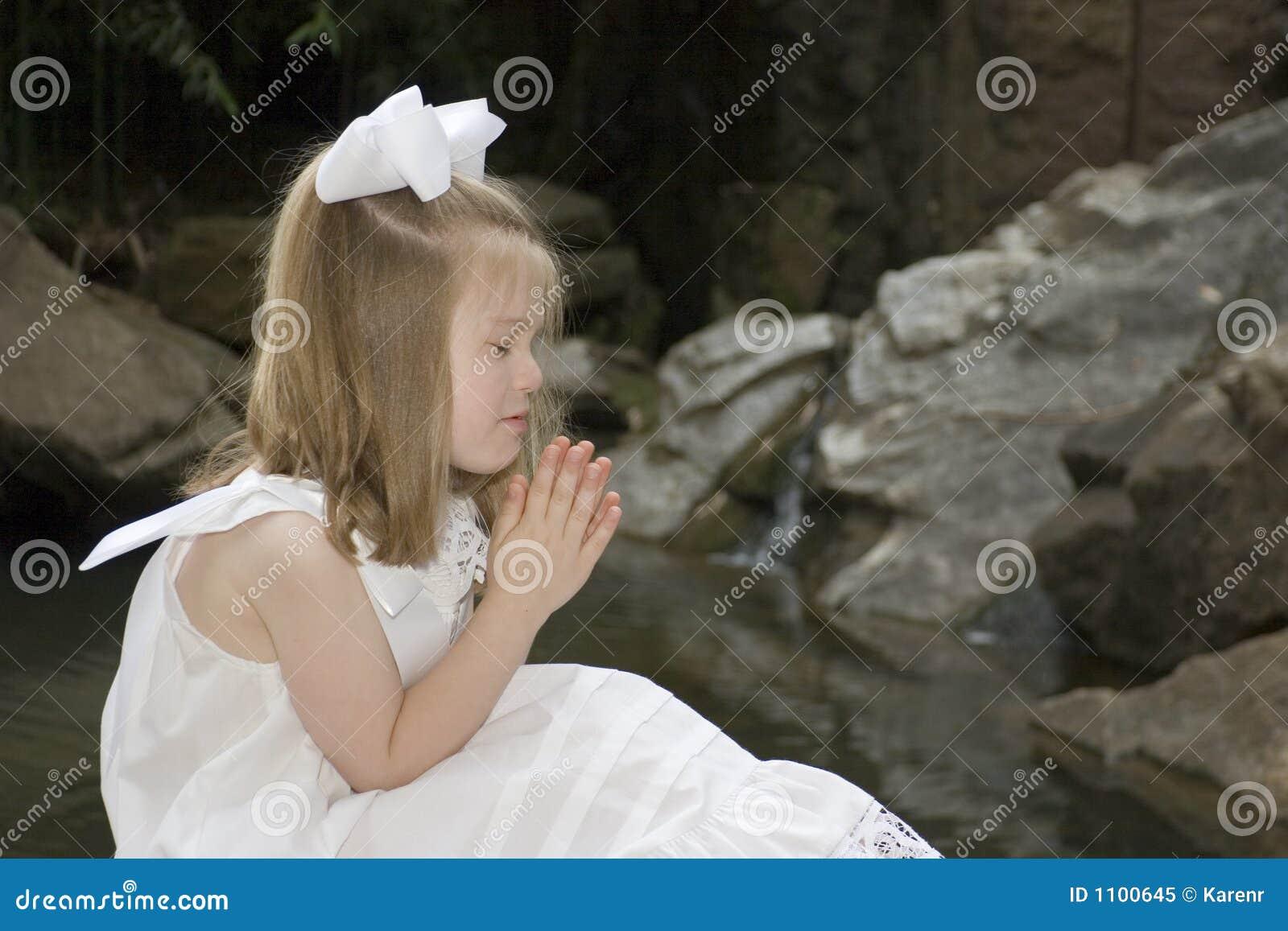 Het bidden van het meisje