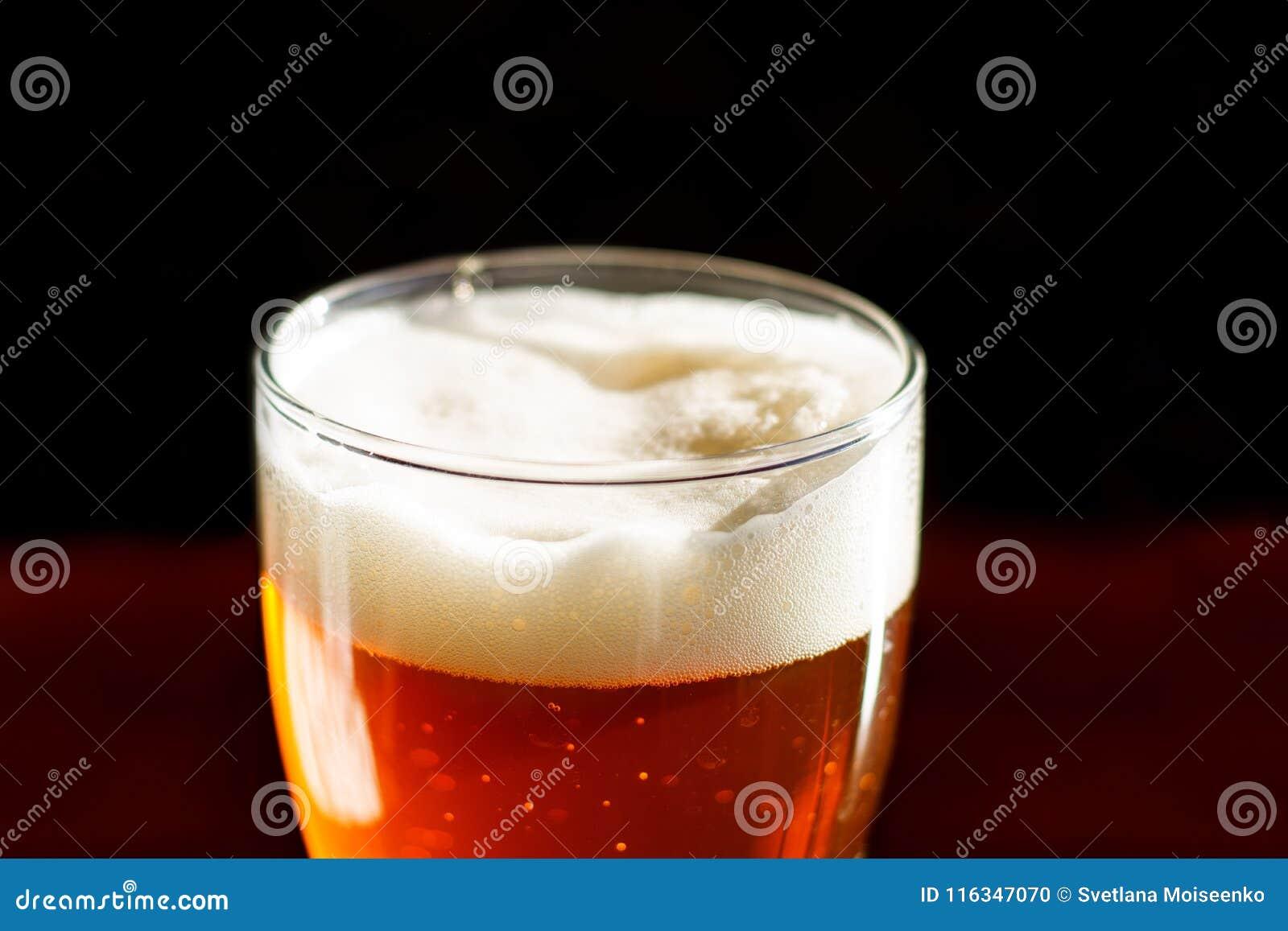 Het bier in een glas in de bar is op lijst dichte omhooggaand