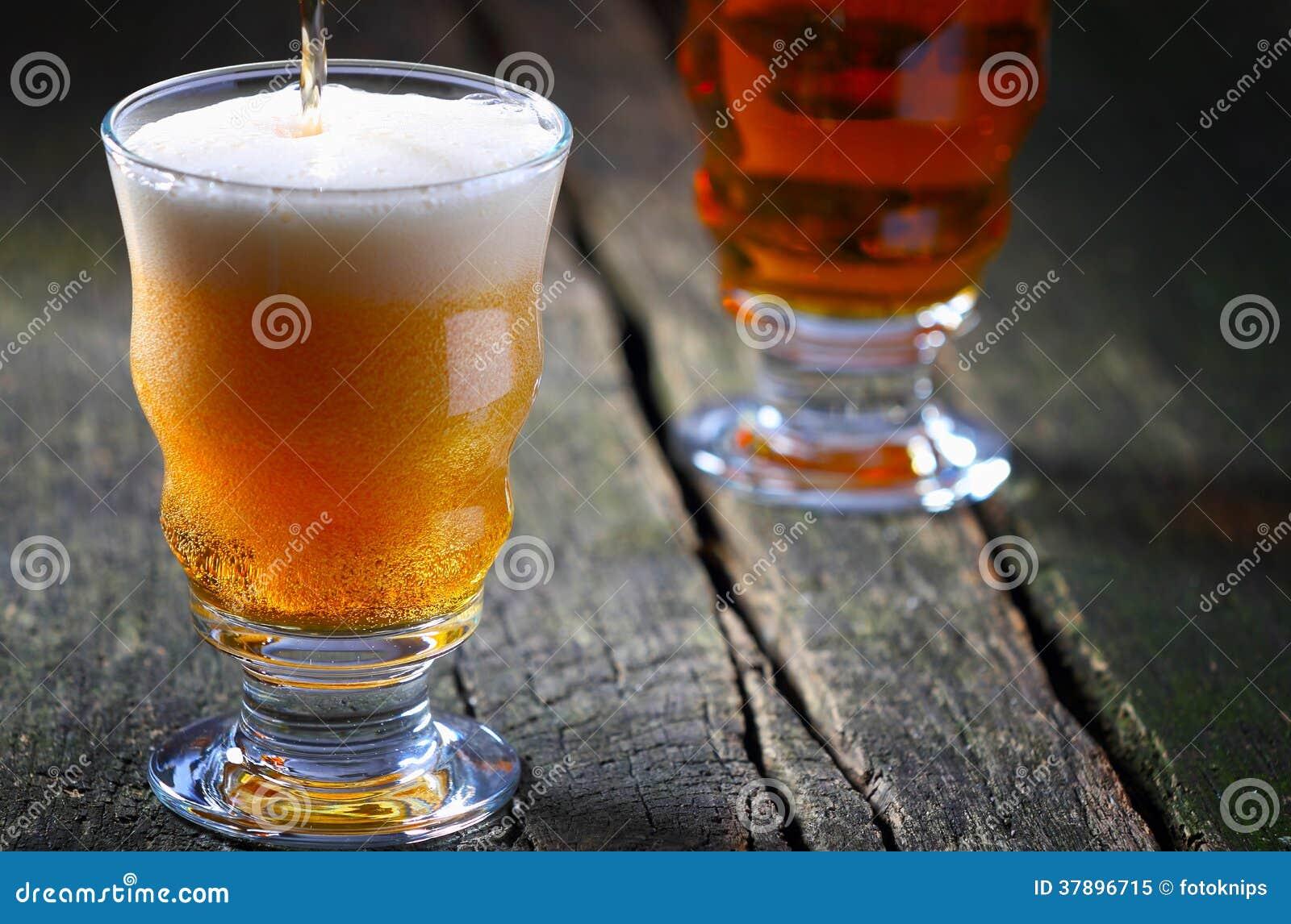 Het bier wordt gegoten met schuimkroon