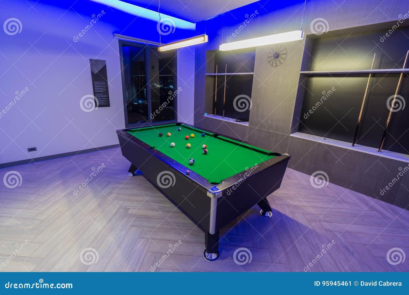 Het Biljartruimte van de snookerpool, groene lijst met volledige reeks ballen in een moderne ruimte met neonlichten