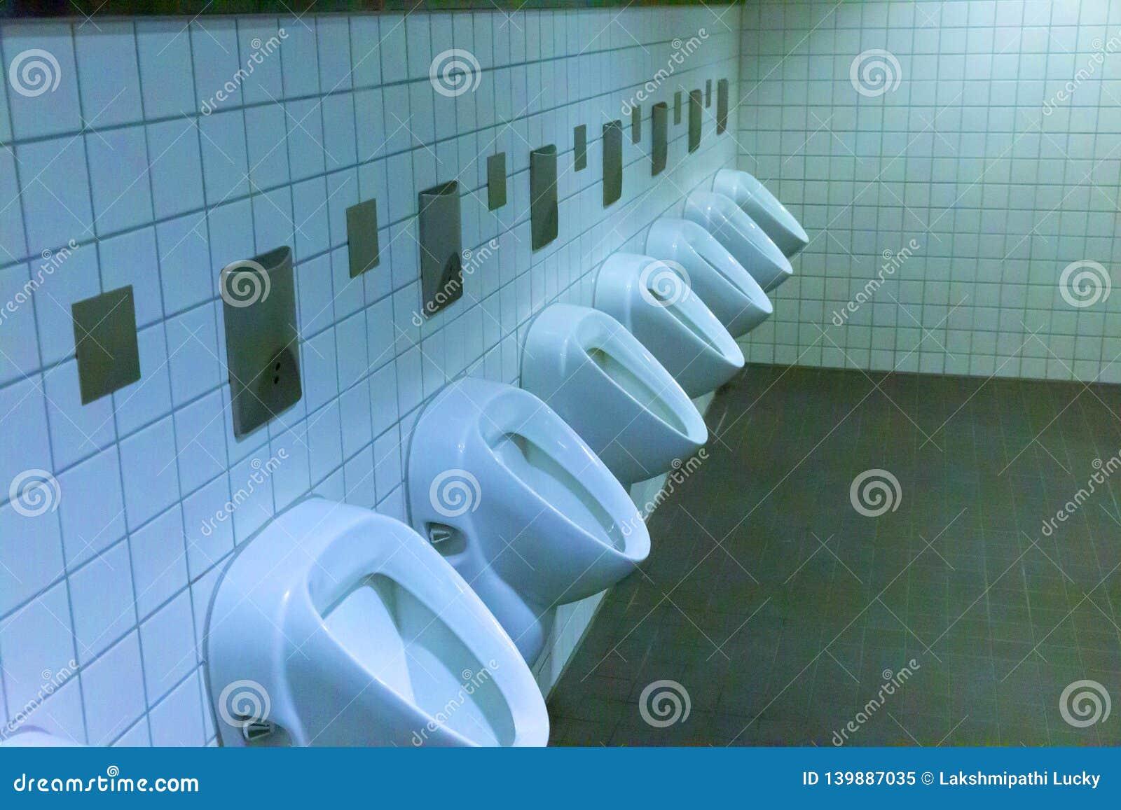 Het binnen moderne mannetje van mensentoiletten