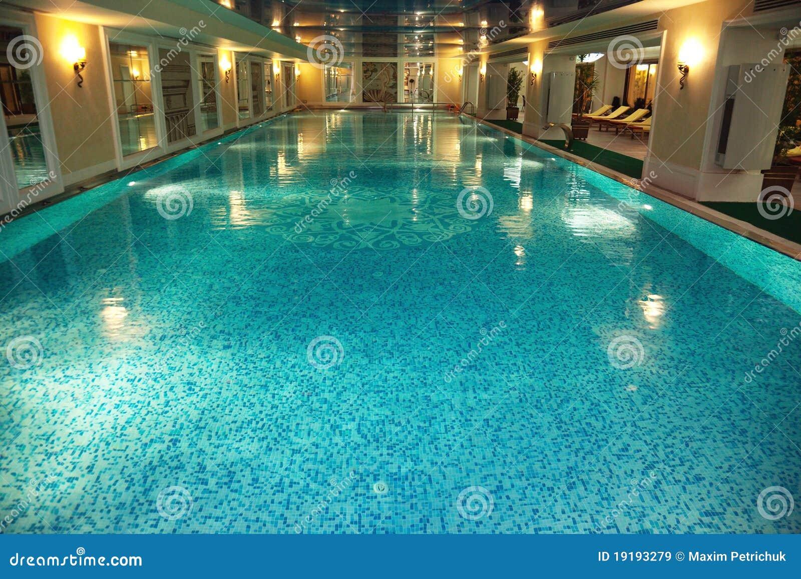 Het binnen zwembad van de luxe royalty vrije stock afbeeldingen beeld 19193279 - Zwembad interieur design ...