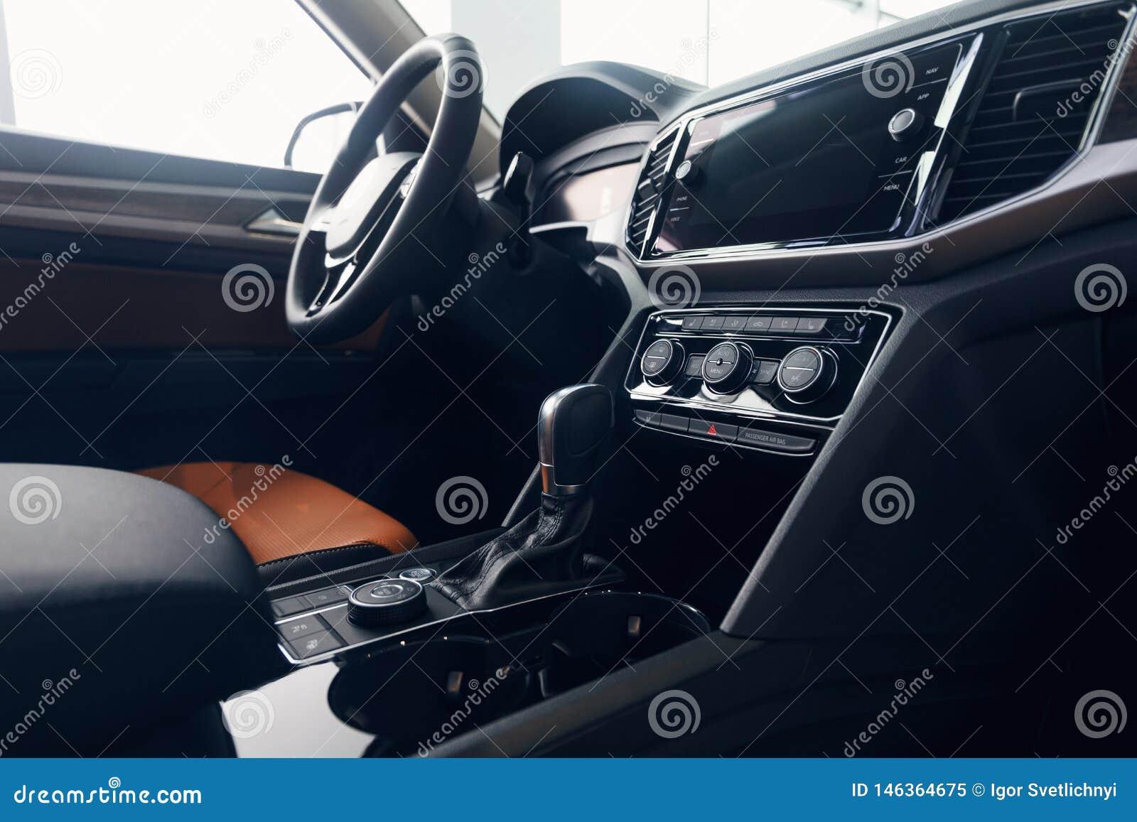 Het binnenland van de auto Modern auto verlicht dashboard De luxueuze cluster van het autoinstrument