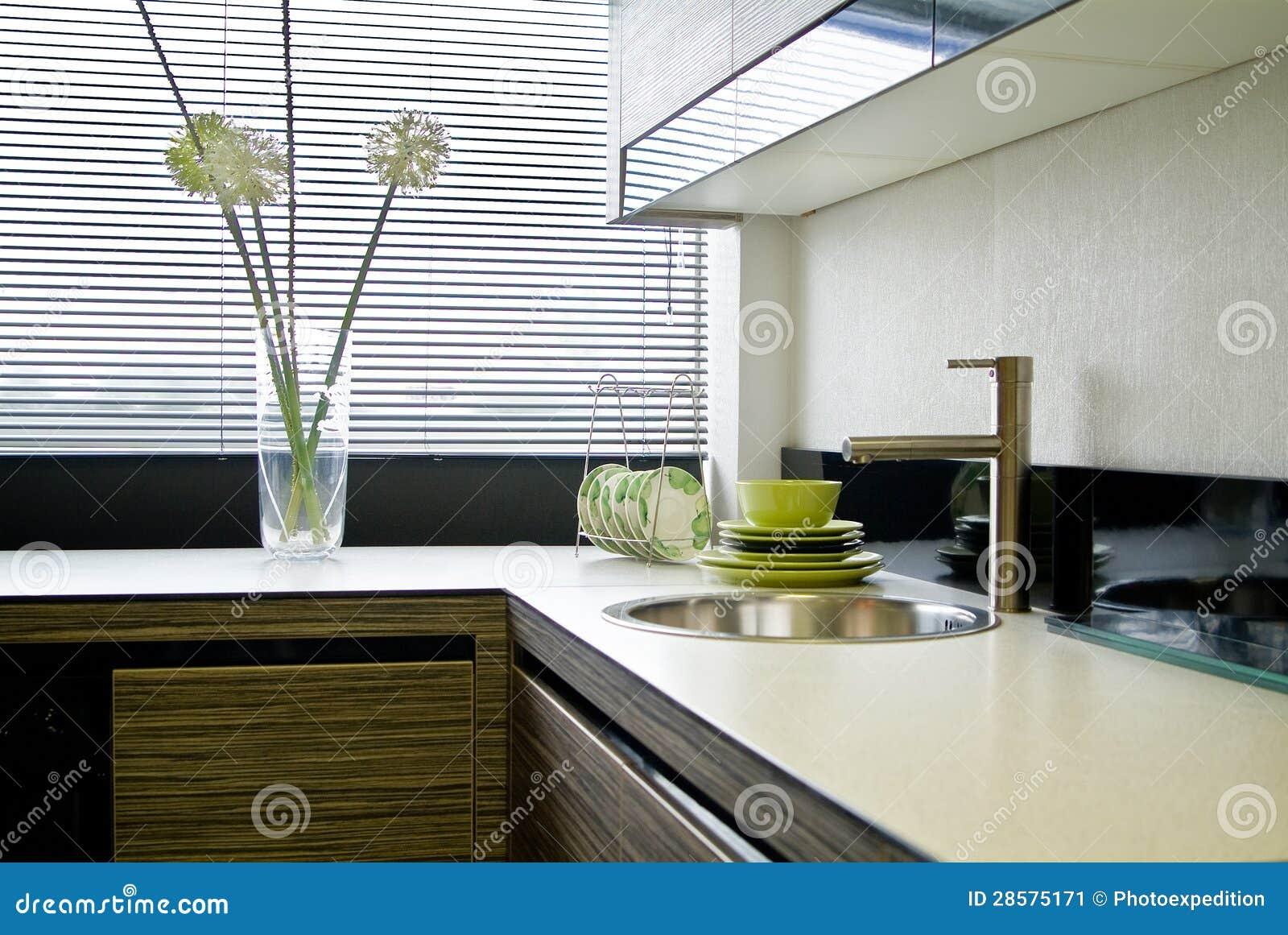Het binnenland van de keuken met jaloezie