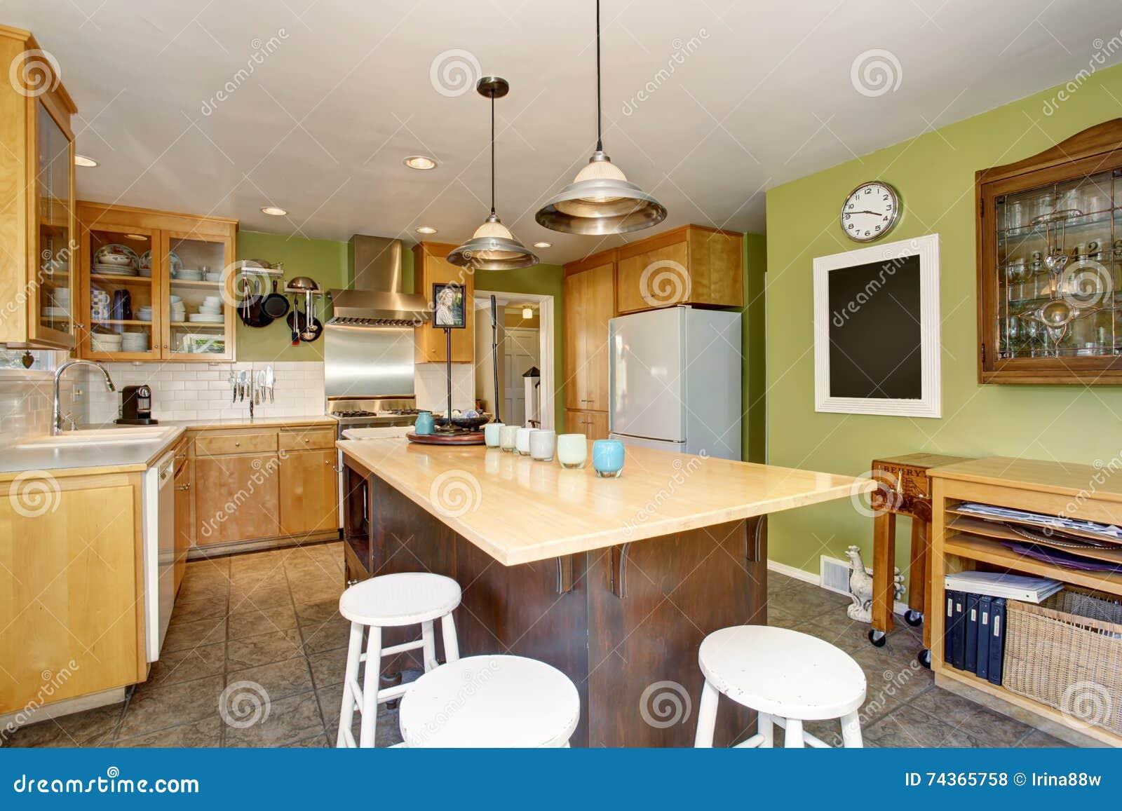 Het binnenland van de keukenruimte met groot houten keukeneiland ...