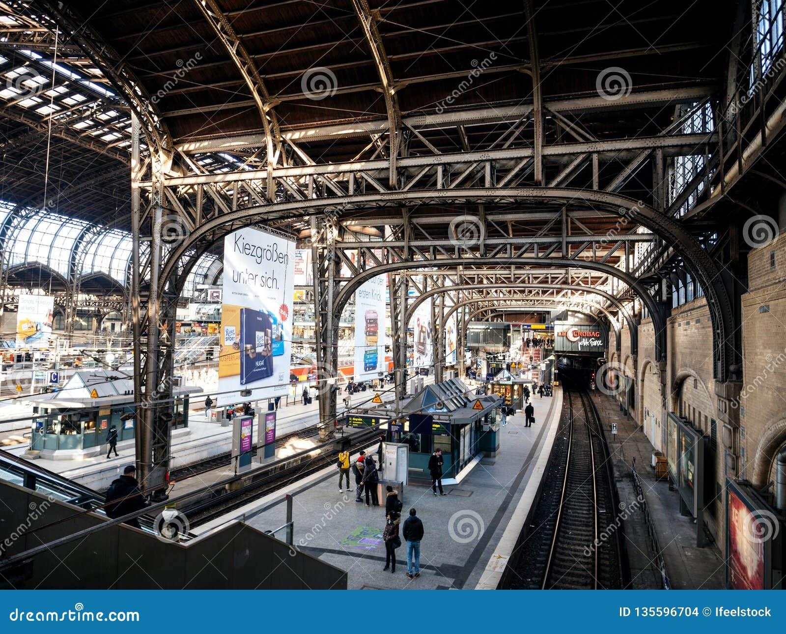 Het binnenland van Hamburg Hauptbahnhof wijd