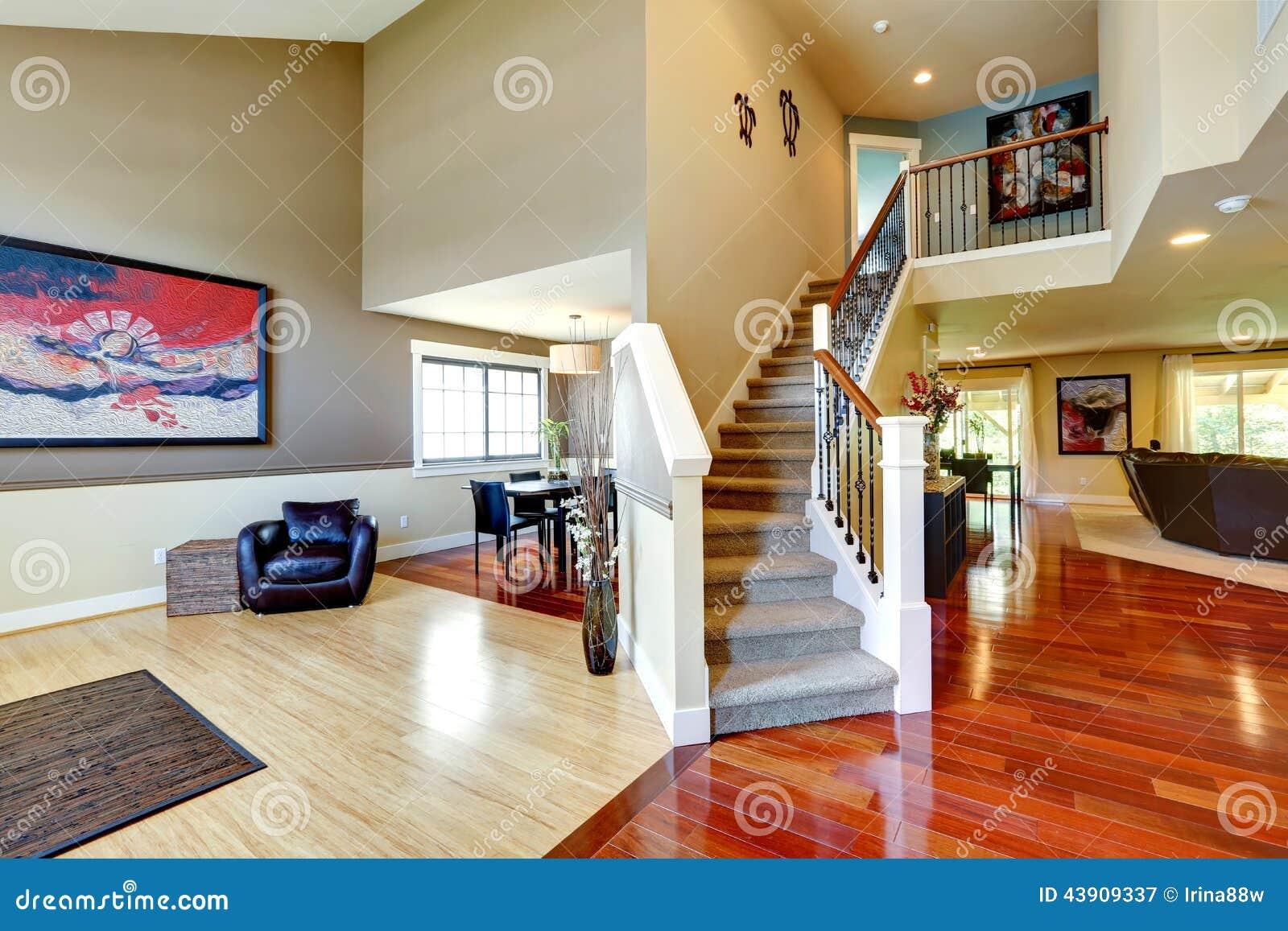 Het binnenland van het huis gang met klassieke trap stock