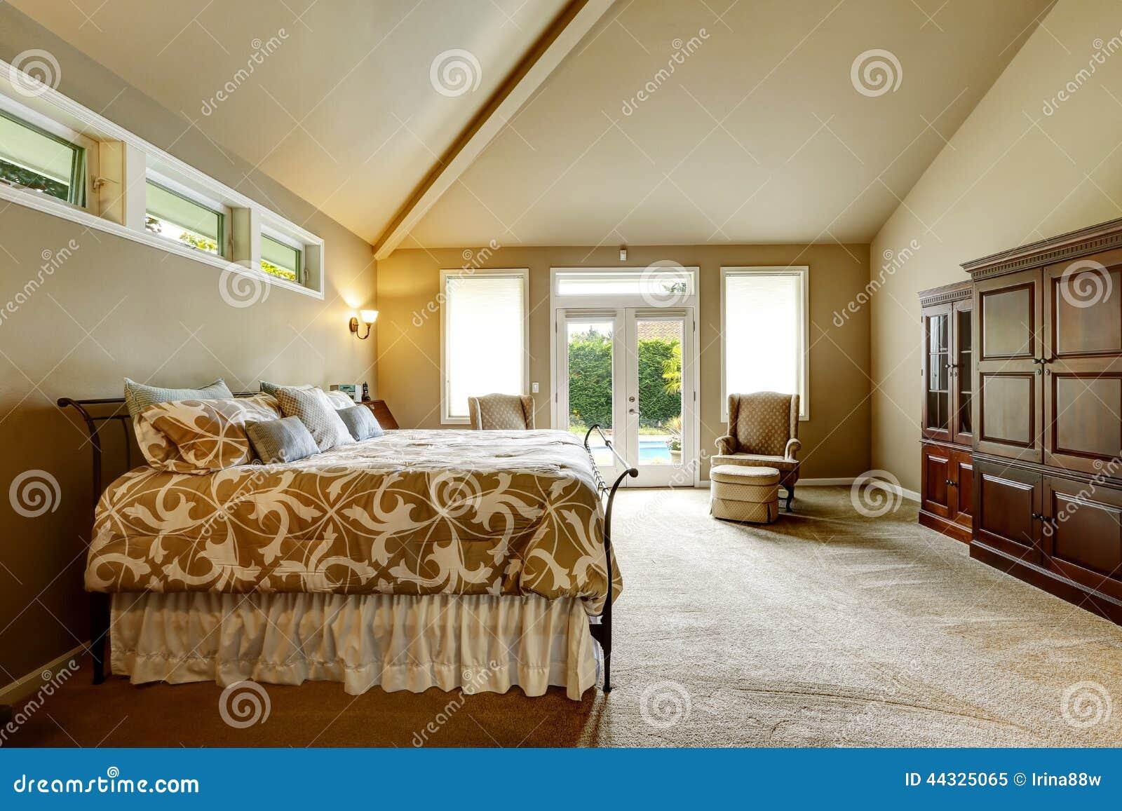Het binnenland van het luxehuis slaapkamer met hoog gewelfd ...