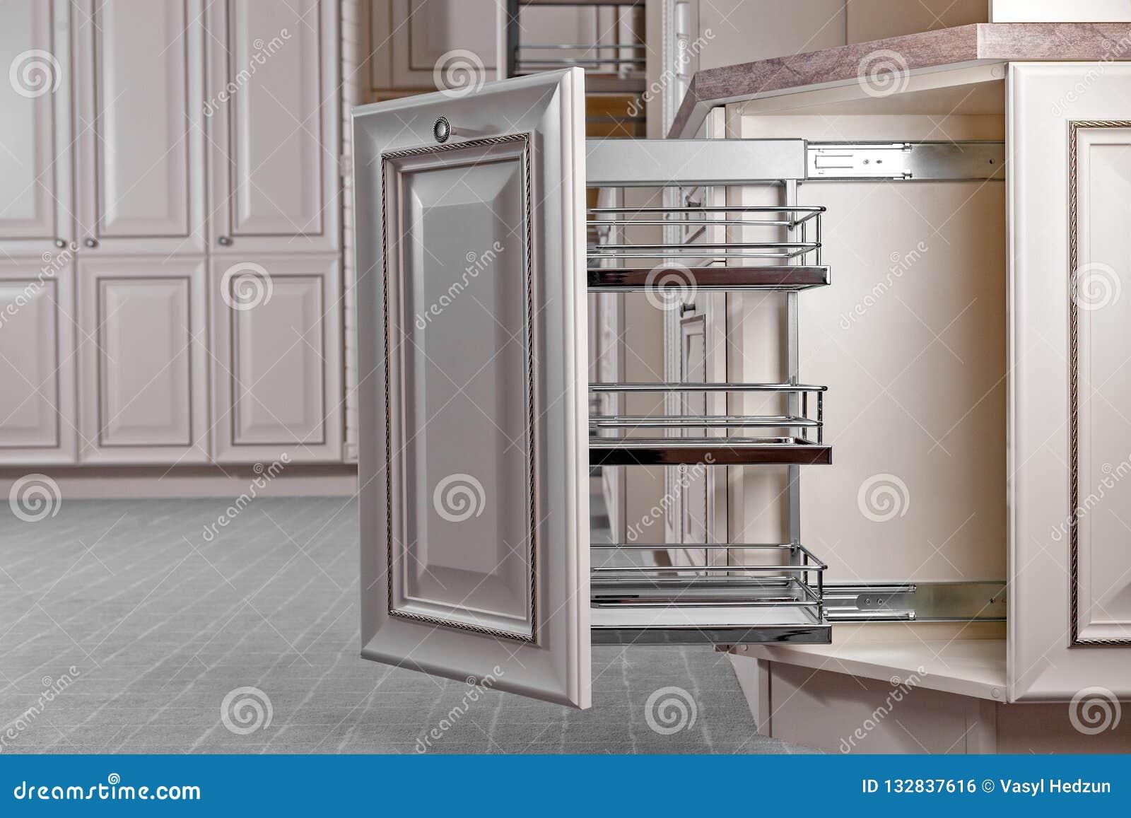 Het binnenland van het huis Keuken - Geopende Deur met Meubilair Hout en het Materiële, Moderne Ontwerp van Chrome