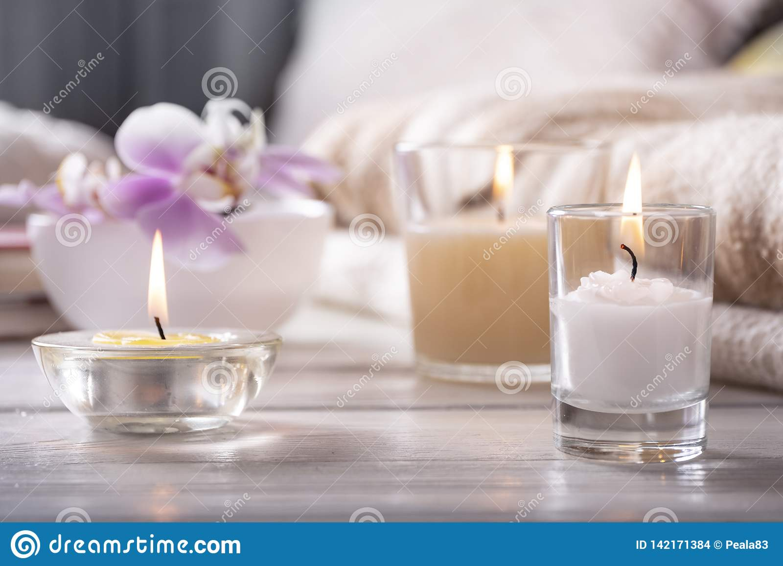 Het binnenland van het huis Stilleven met detailes De bloem is vaas, schouwt, op witte houten lijst, het concept behaaglijkheid
