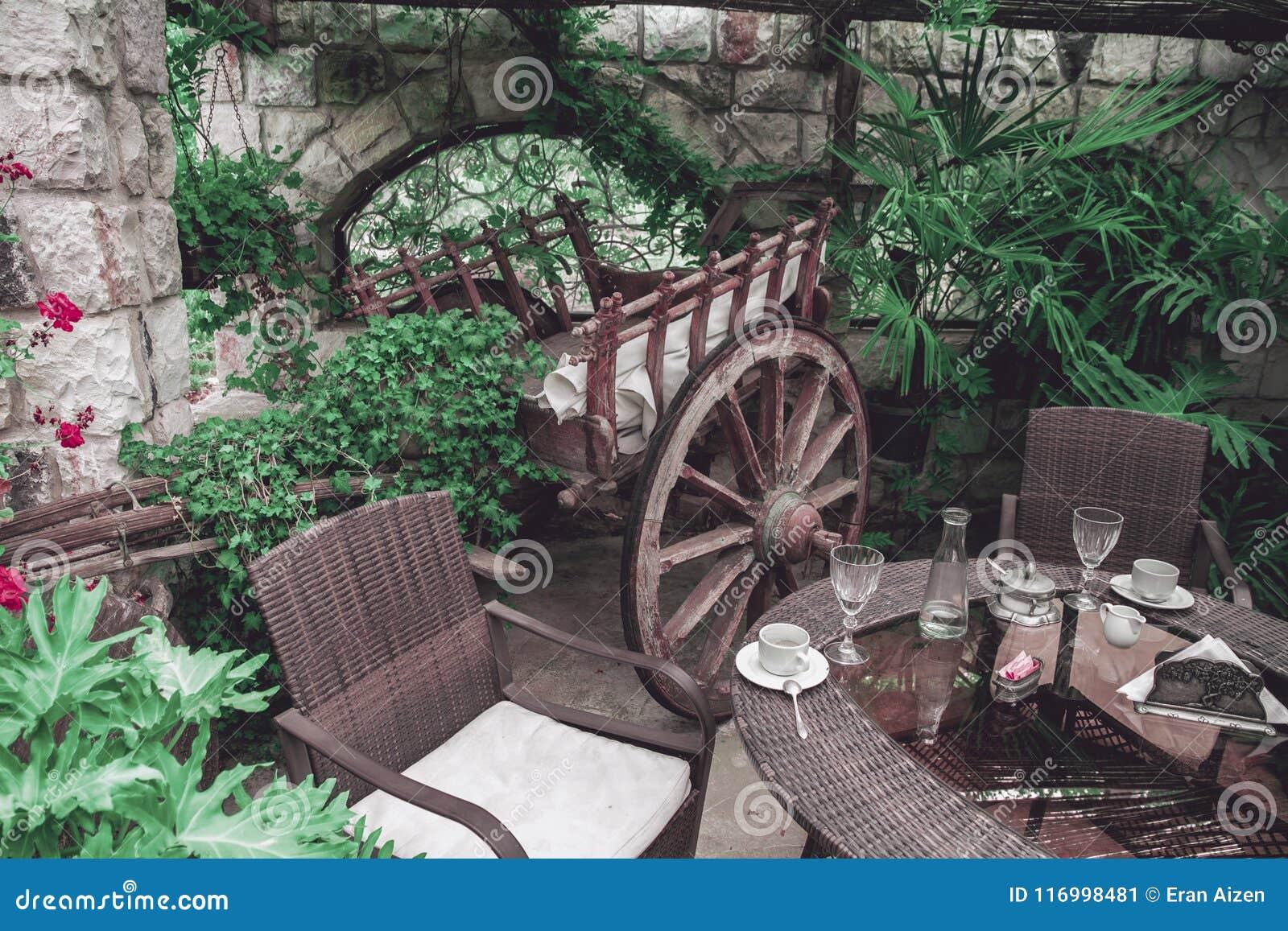 Het binnenland van het restaurantbalkon met uitstekende houten wagen