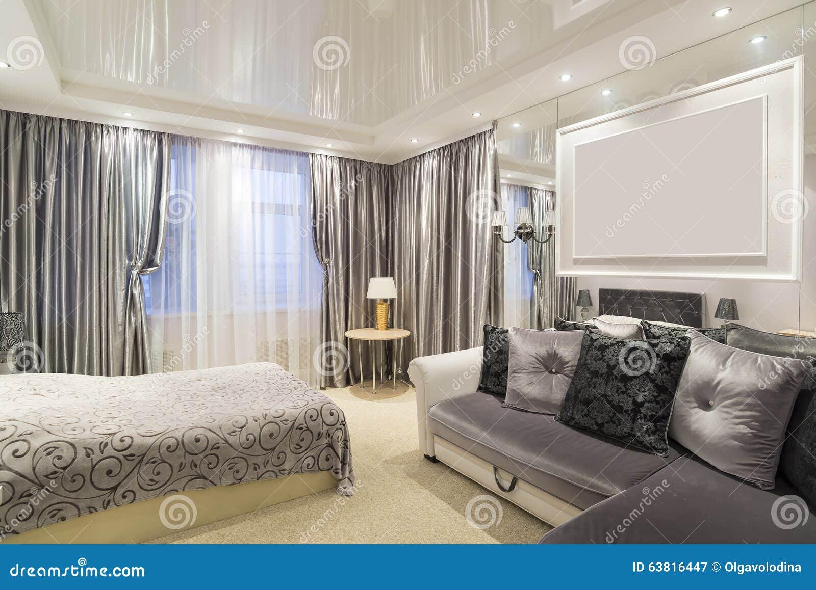 Het binnenland van slaapkamer met een bed en een bank stock foto ...