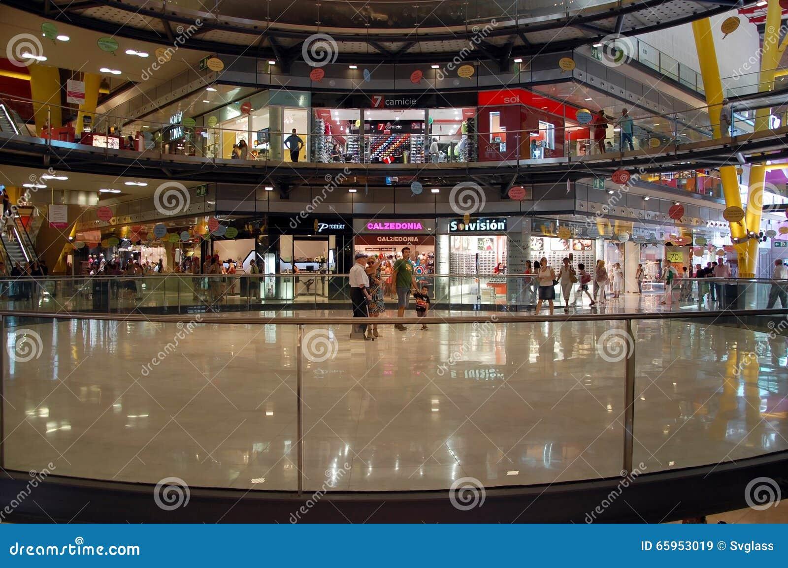 Het binnenland van winkelcomplexarena