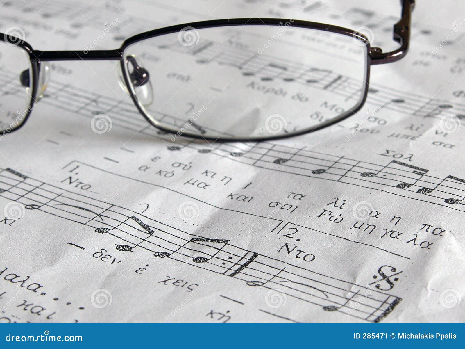 Het blad van de muziek en de glazen