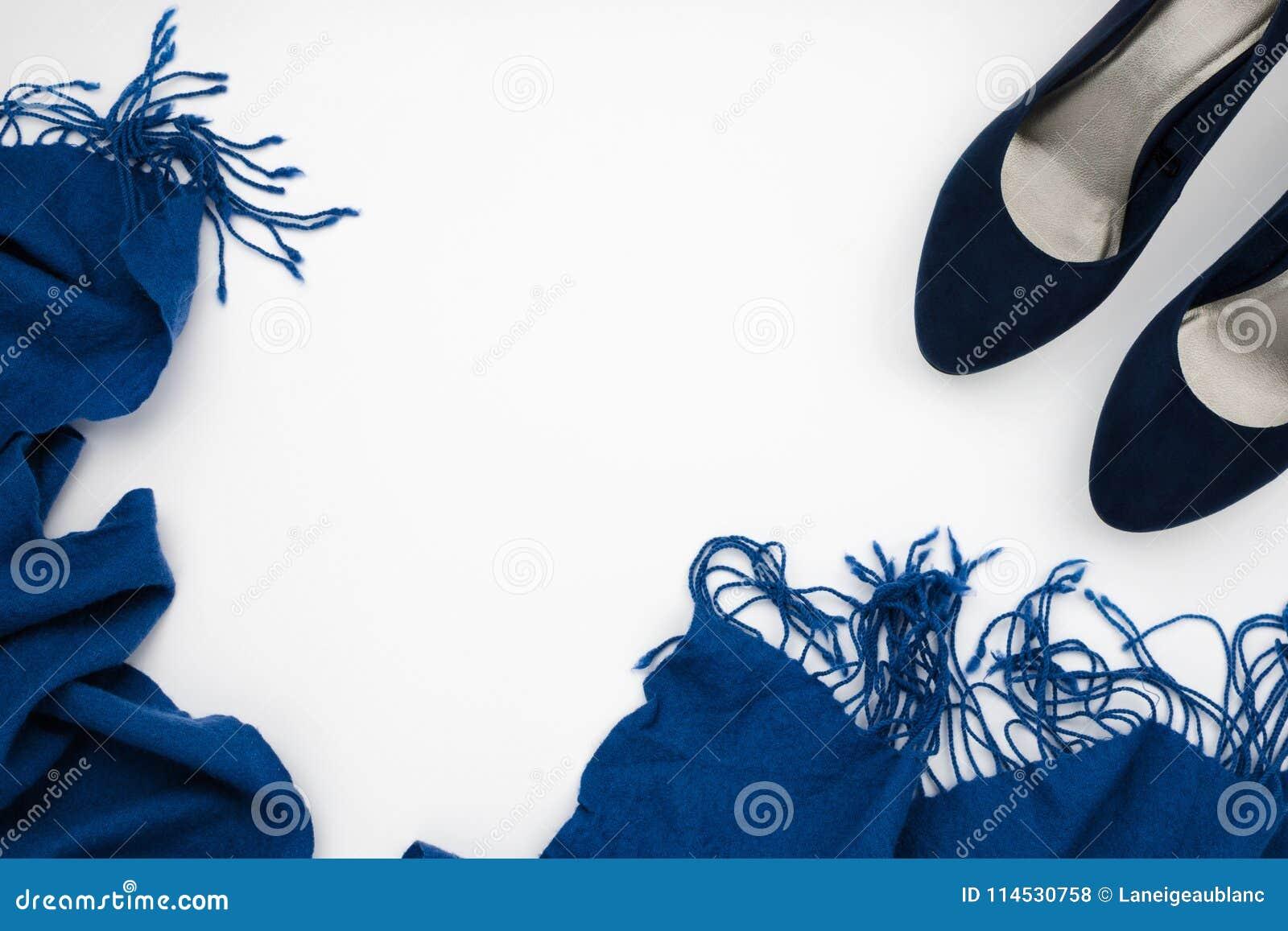 Het blauw hielde hoog schoenen en blauwe sjaal, manierconcept