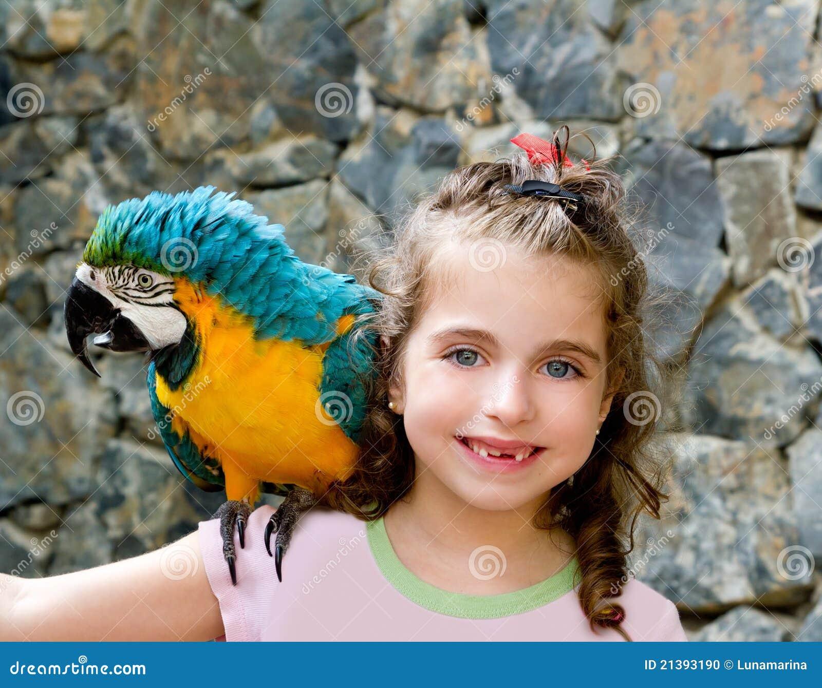 Het blauwe meisje van het ogenkind met gele papegaai