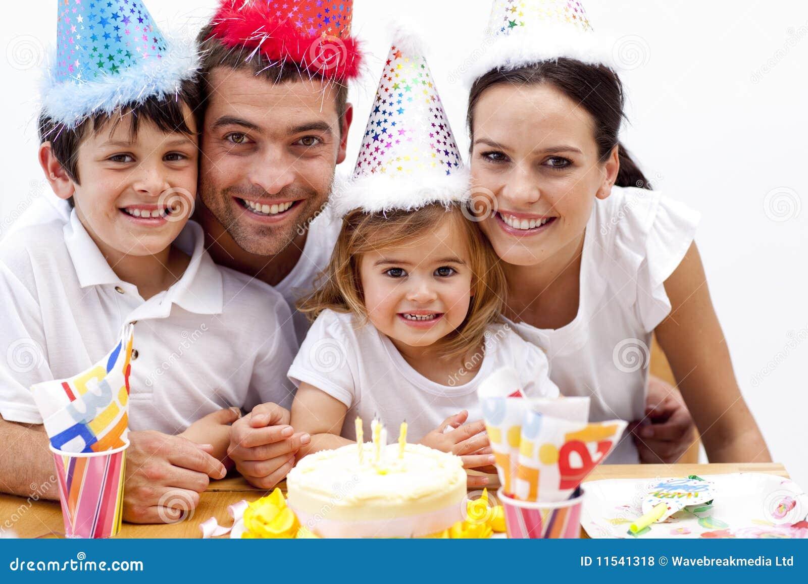 Het blazen van het meisje uit schouwt in de dag van haar verjaardag