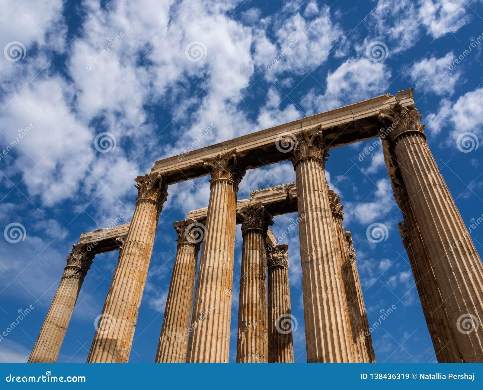 Het blijven kolommen van Tempel van Olympian Zeus in Athene, Griekenland schoot tegen blauwe hemel en schilderachtige wolken