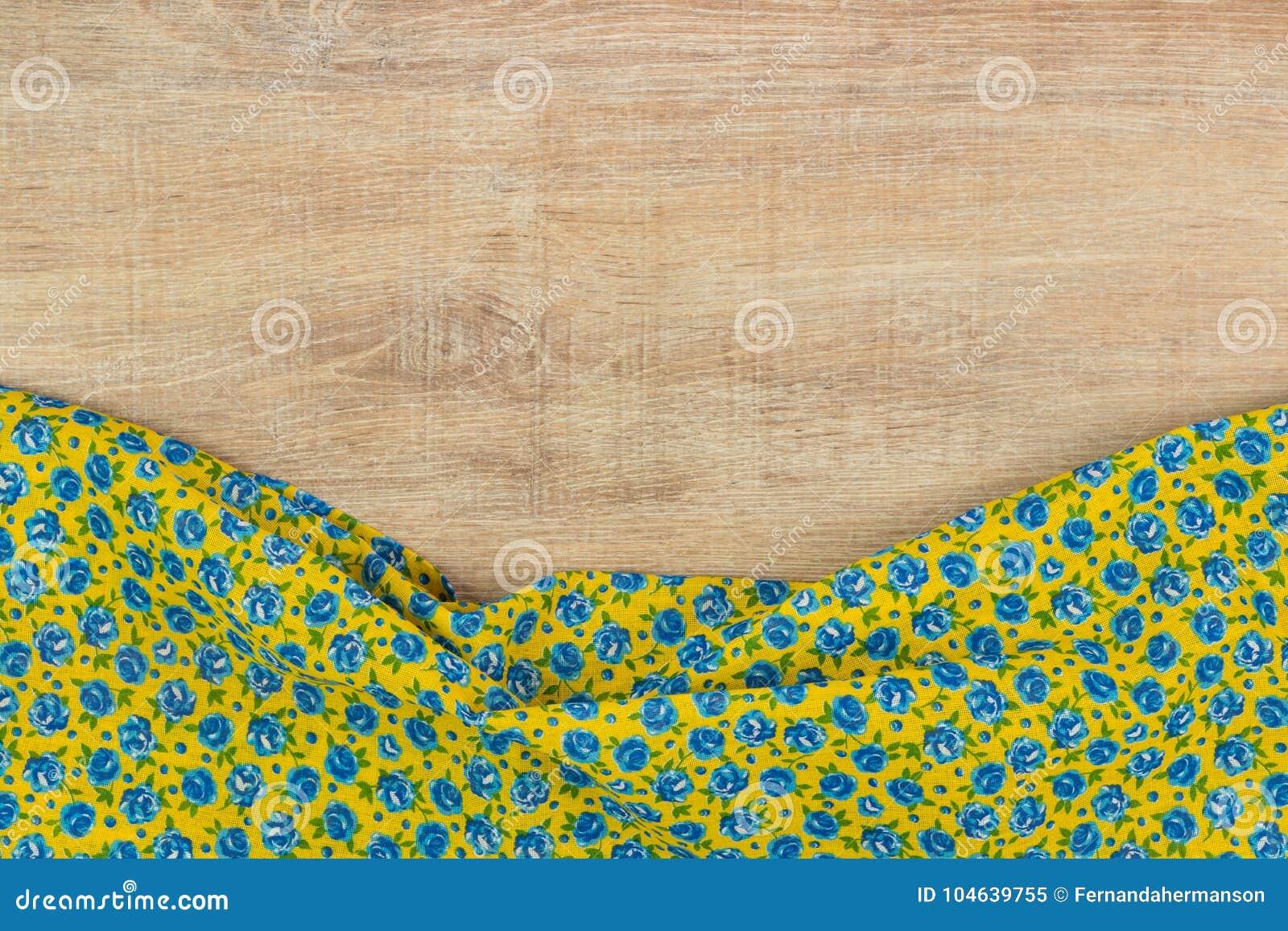 Download Het Bloemenservet Van De Patroondoek Op Lege Houten Achtergrond Stock Afbeelding - Afbeelding bestaande uit ornament, gastronomie: 104639755