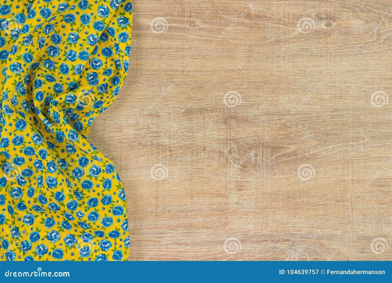 Download Het Bloemenservet Van De Patroondoek Op Lege Houten Achtergrond Stock Afbeelding - Afbeelding bestaande uit decoratief, niemand: 104639757