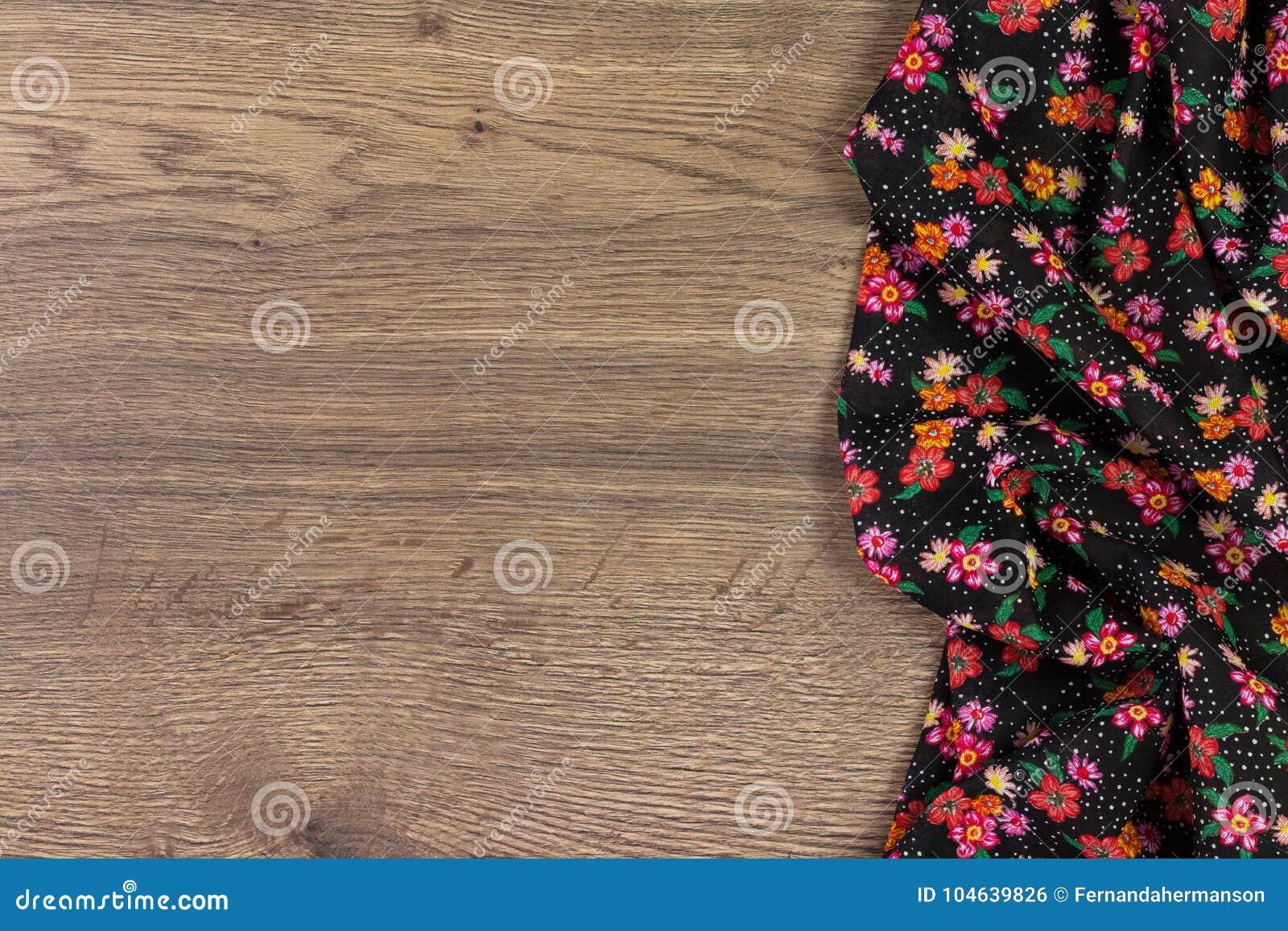 Download Het Bloemenservet Van De Patroondoek Op Lege Houten Achtergrond Stock Foto - Afbeelding bestaande uit katoen, decoratie: 104639826