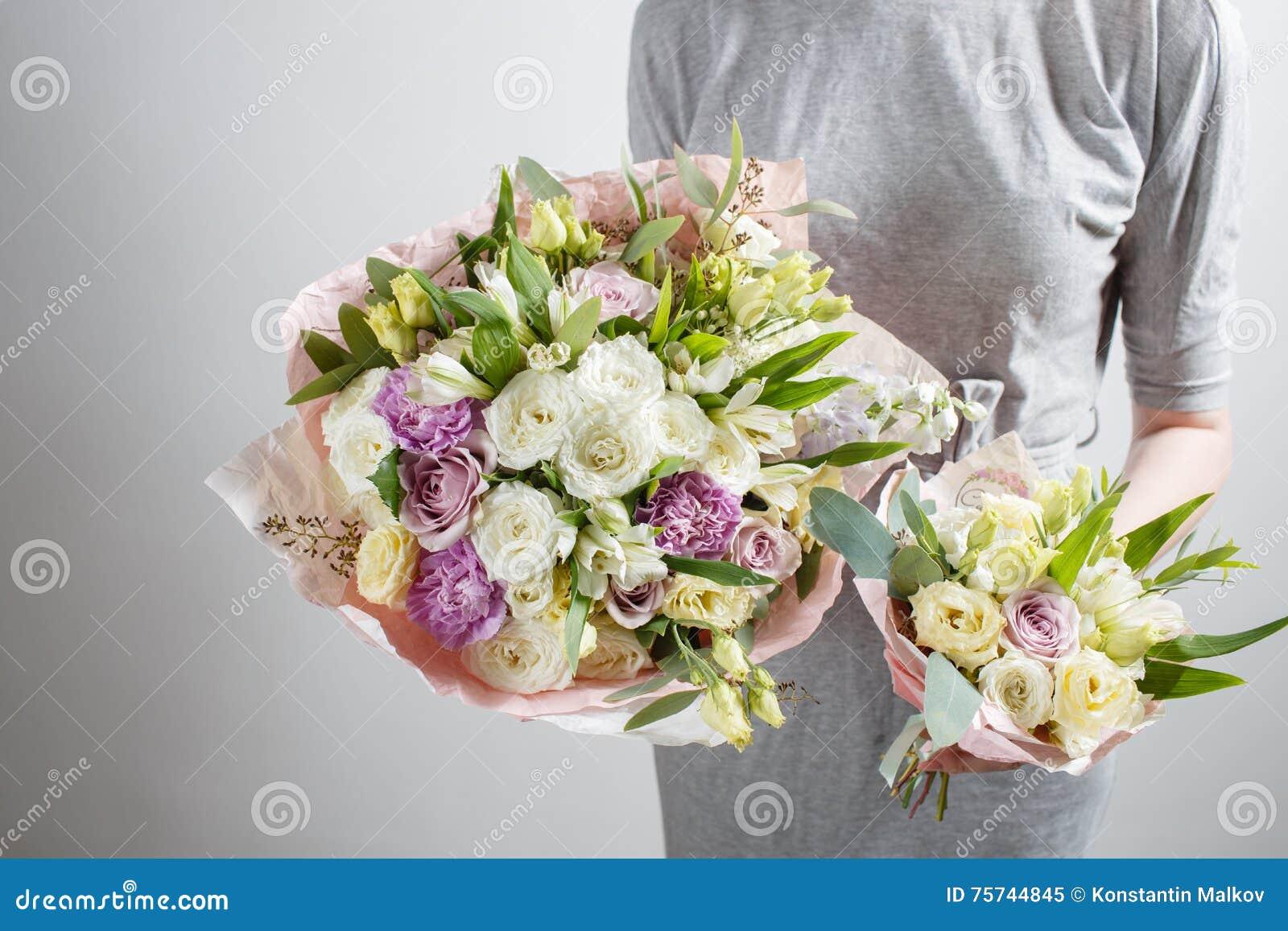 Het Bloemistmeisje Met Rijken Bundelt Bloemen Vers De Lenteboeket De