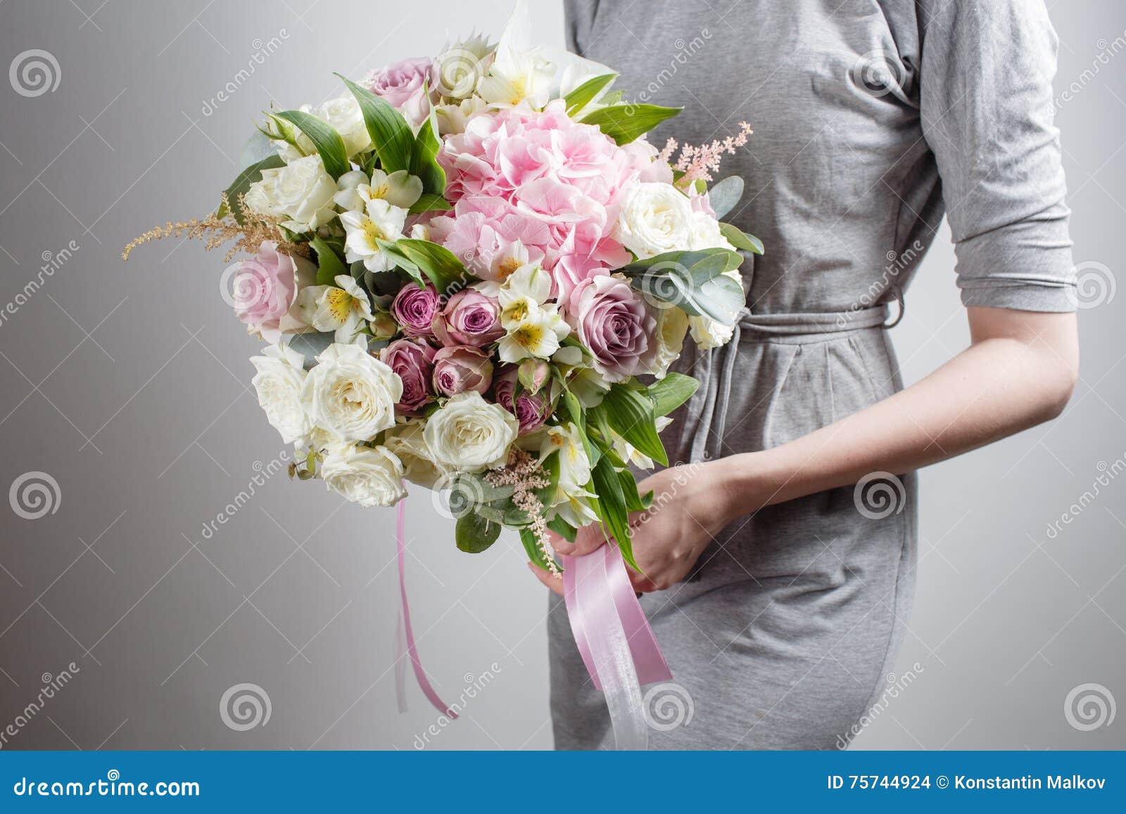 Het Bloemistmeisje Met Rijken Bundelt Bloemen Vers De