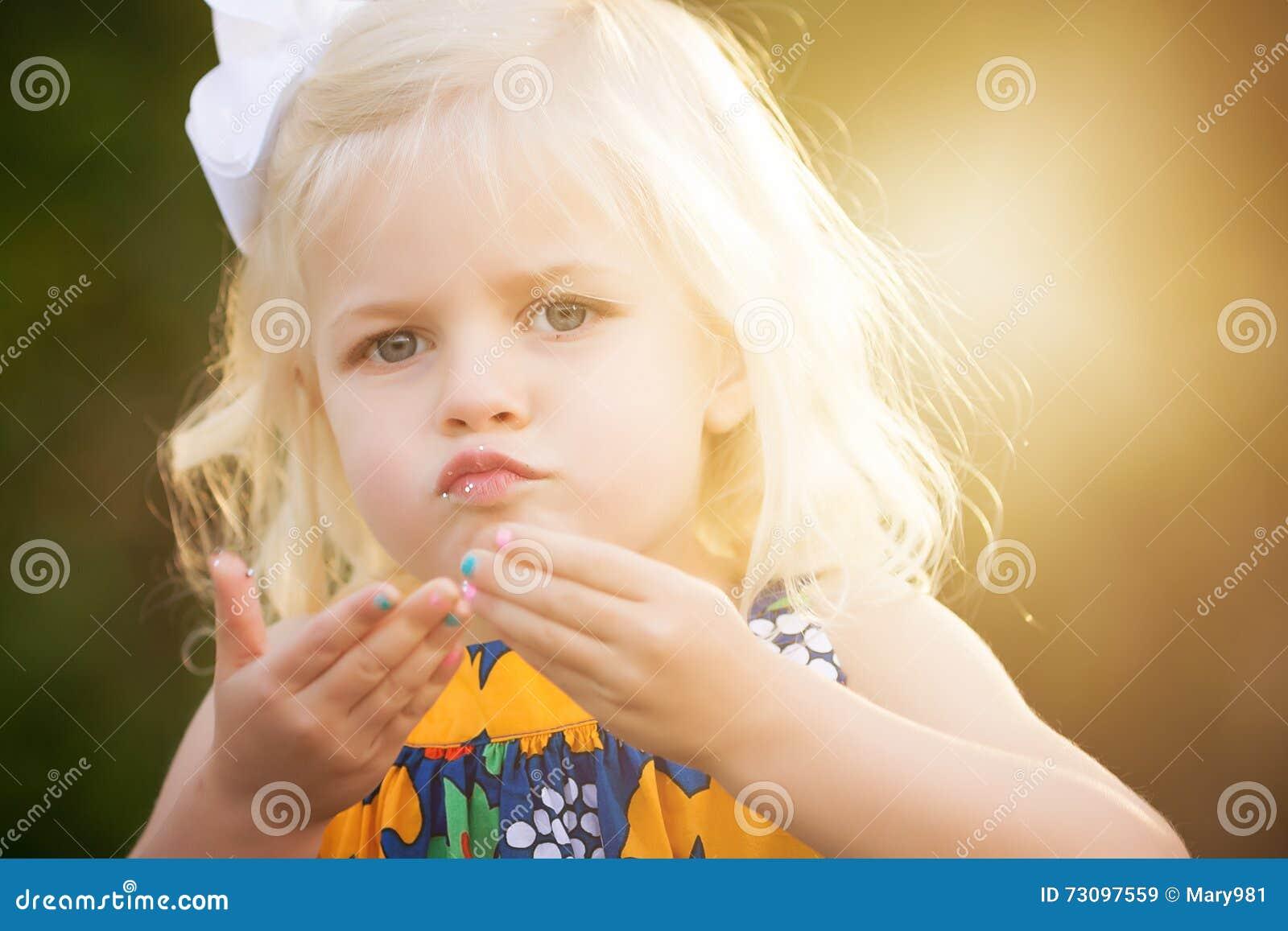 Het blonde weinig 3 éénjarigenmeisje met schittert op lippen