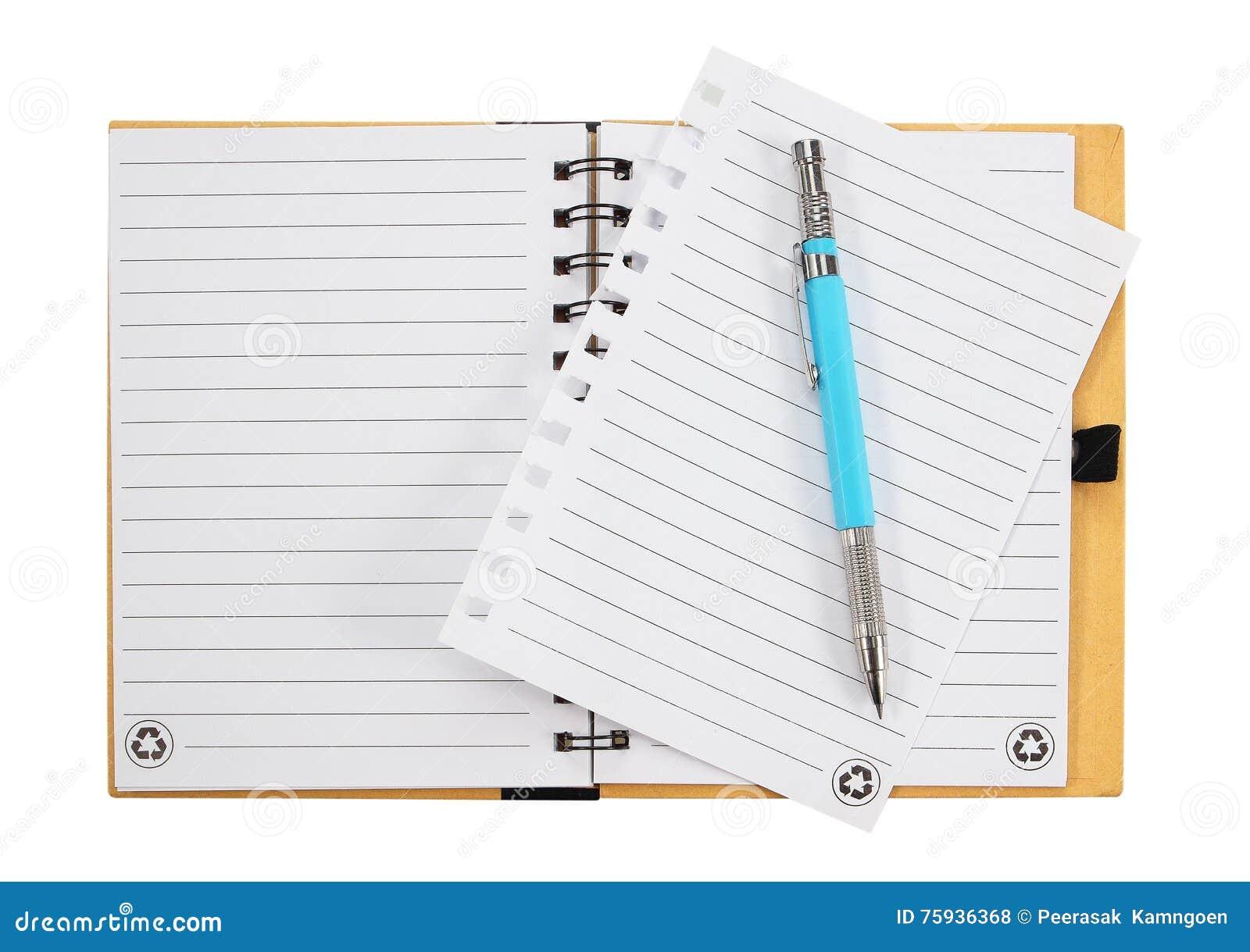 Het boek van de nota en pen Geïsoleerdj op witte achtergrond