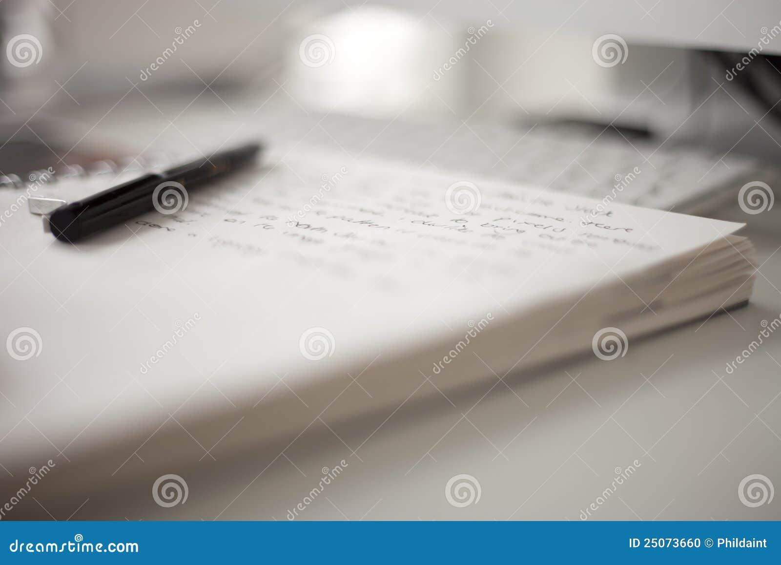 Het boek van de universiteit met het schrijven