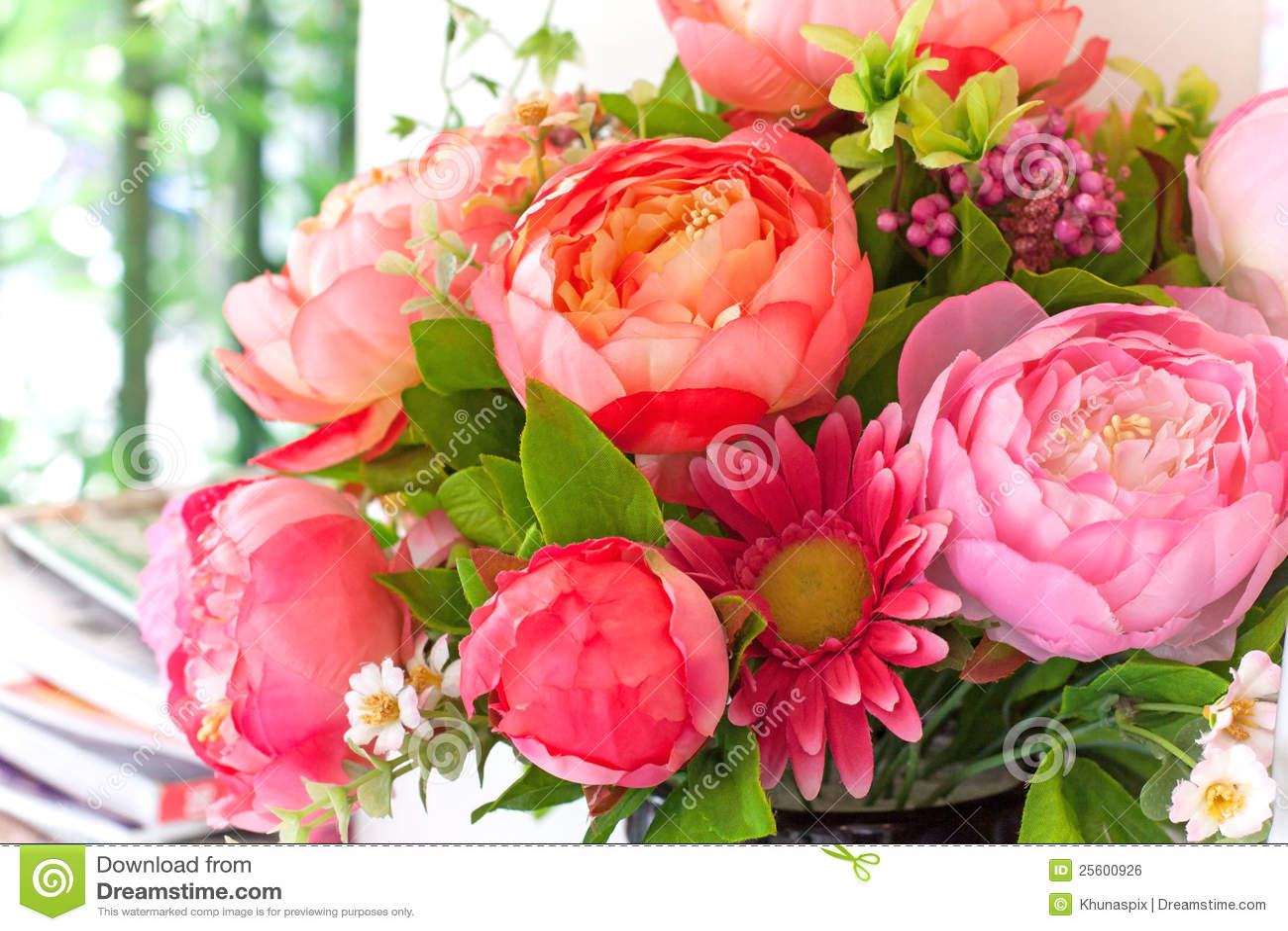 Het boeket van bloemen schikt voor decoratie in huis stock for Bloemen decoratie