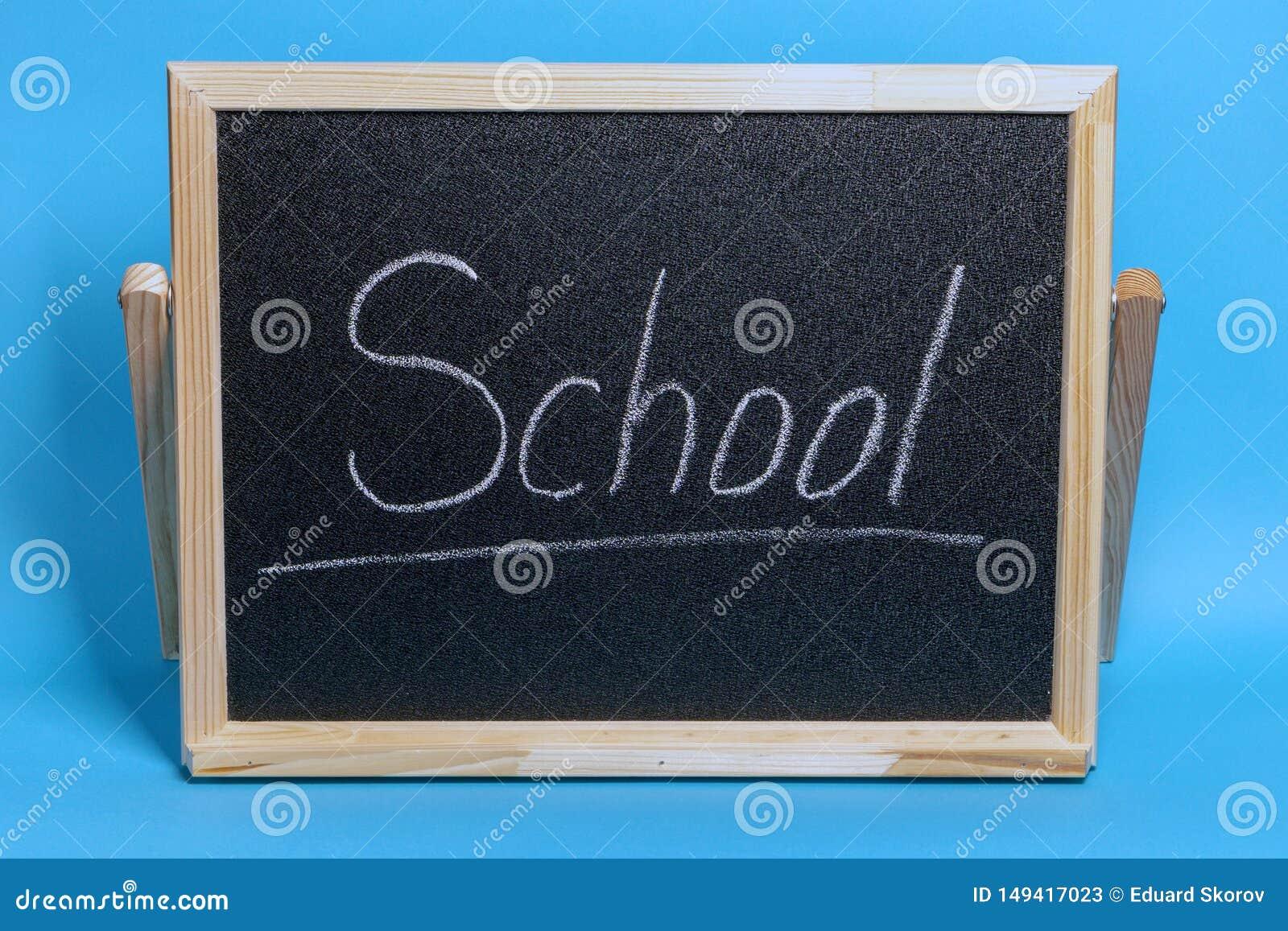 Het bord met het woord chalked school op blauwe achtergrond