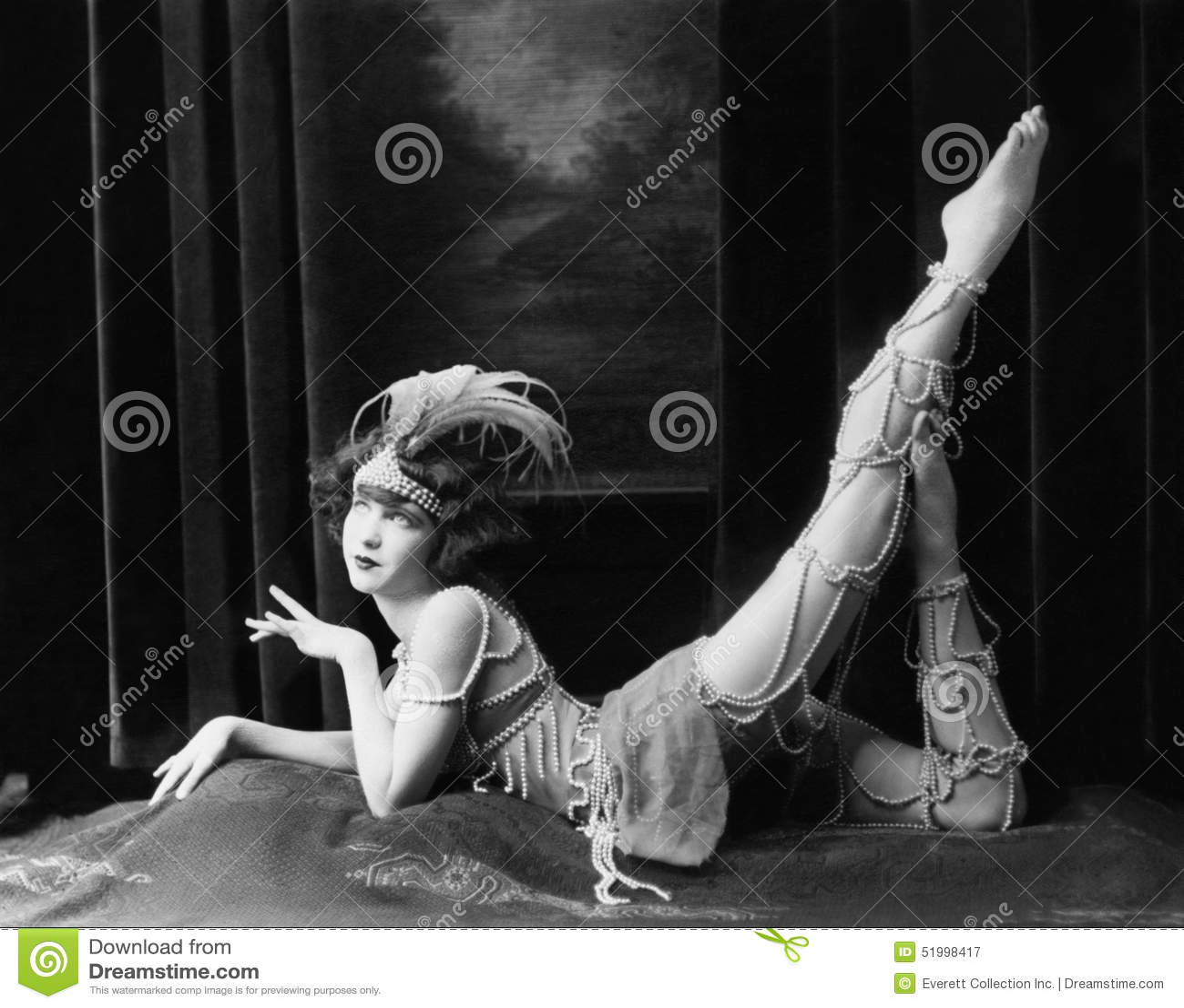 Het Bored danser stellen in gepareld kostuum (Alle afgeschilderde personen leven niet langer en geen landgoed bestaat Leverancier