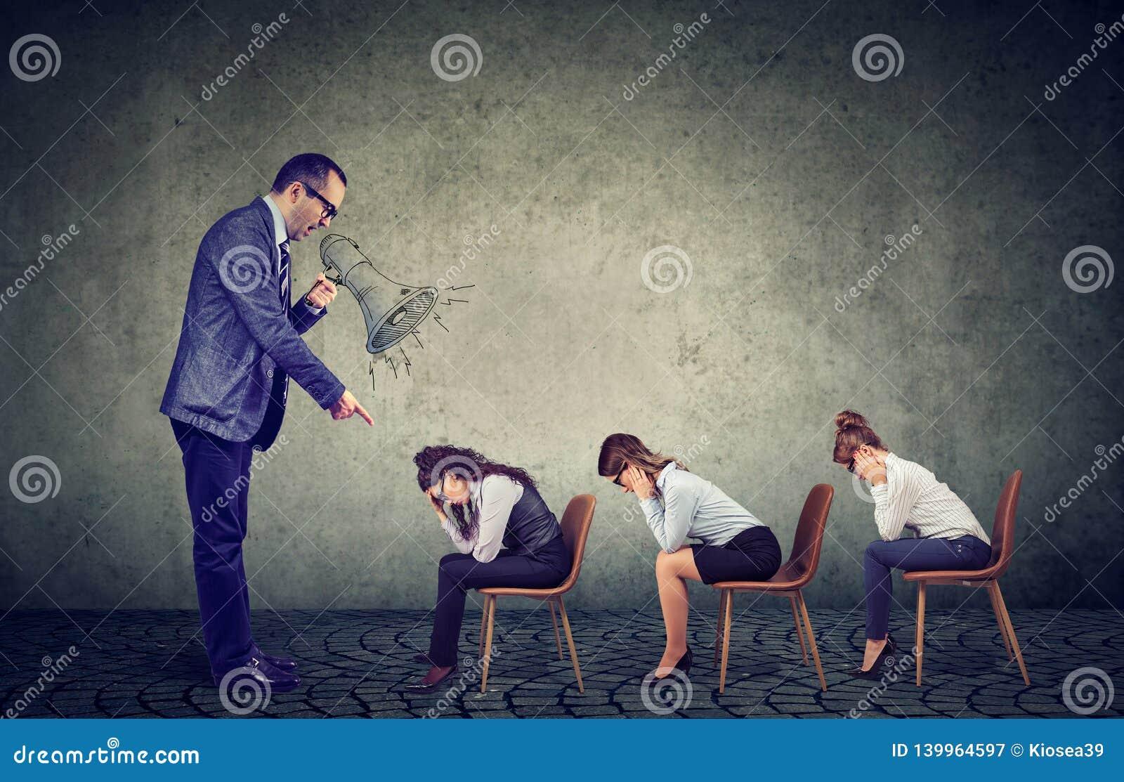 Het boze chef- gillen in megafoon die orden geven aan het droevige kijken onderaan vrouwelijke werknemers
