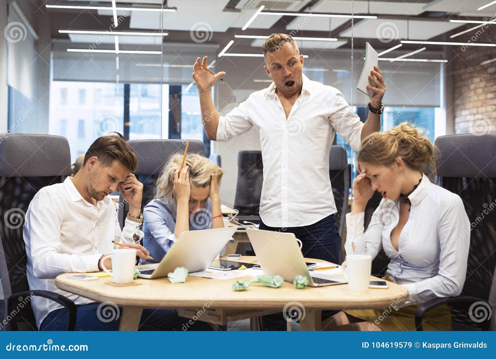 Het boze chef- schreeuwen aan werknemers