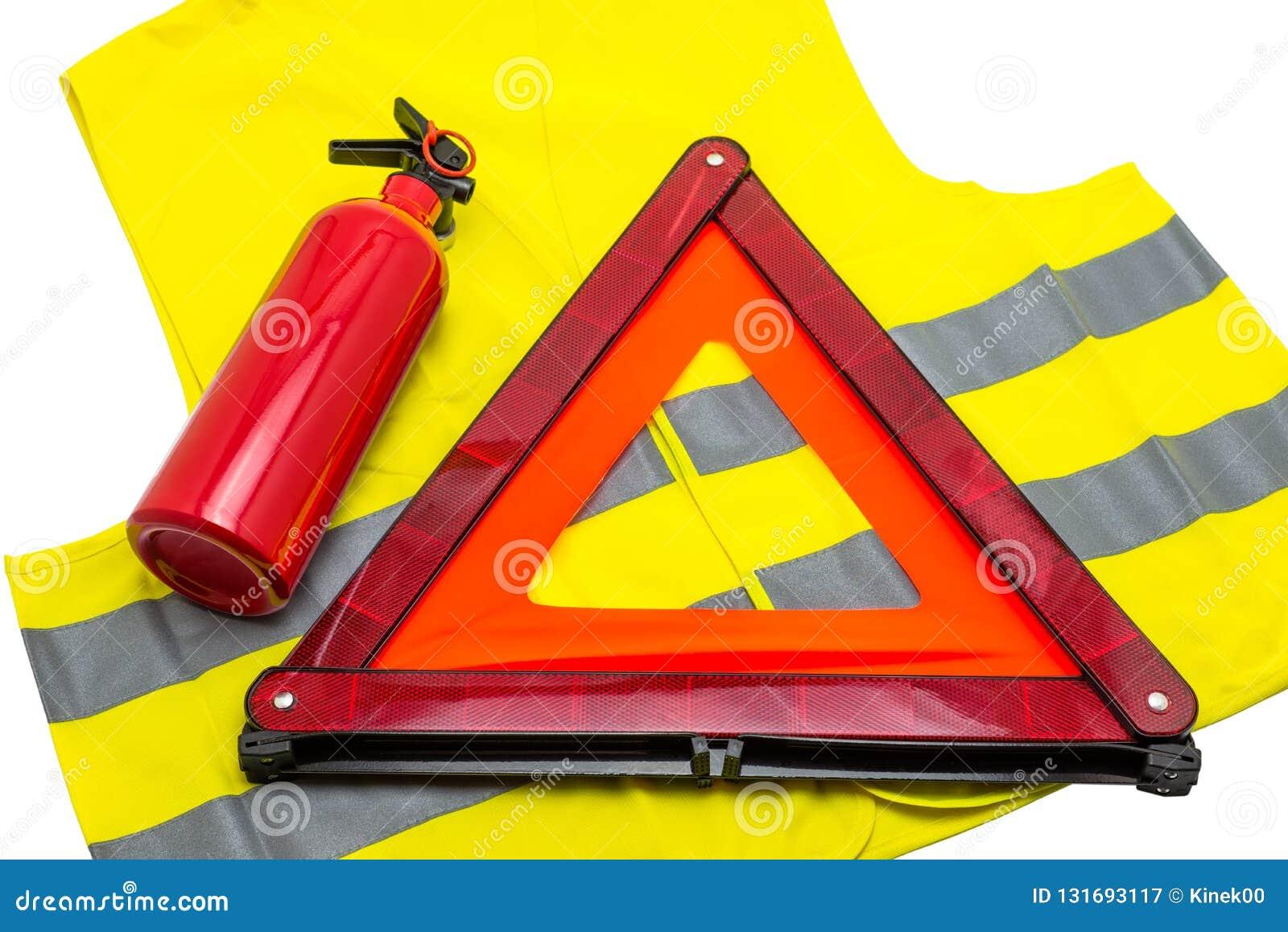 Het brandblusapparaat en de weerspiegelende gevarendriehoek liggen op het weerspiegelende die vest, op een witte achtergrond met