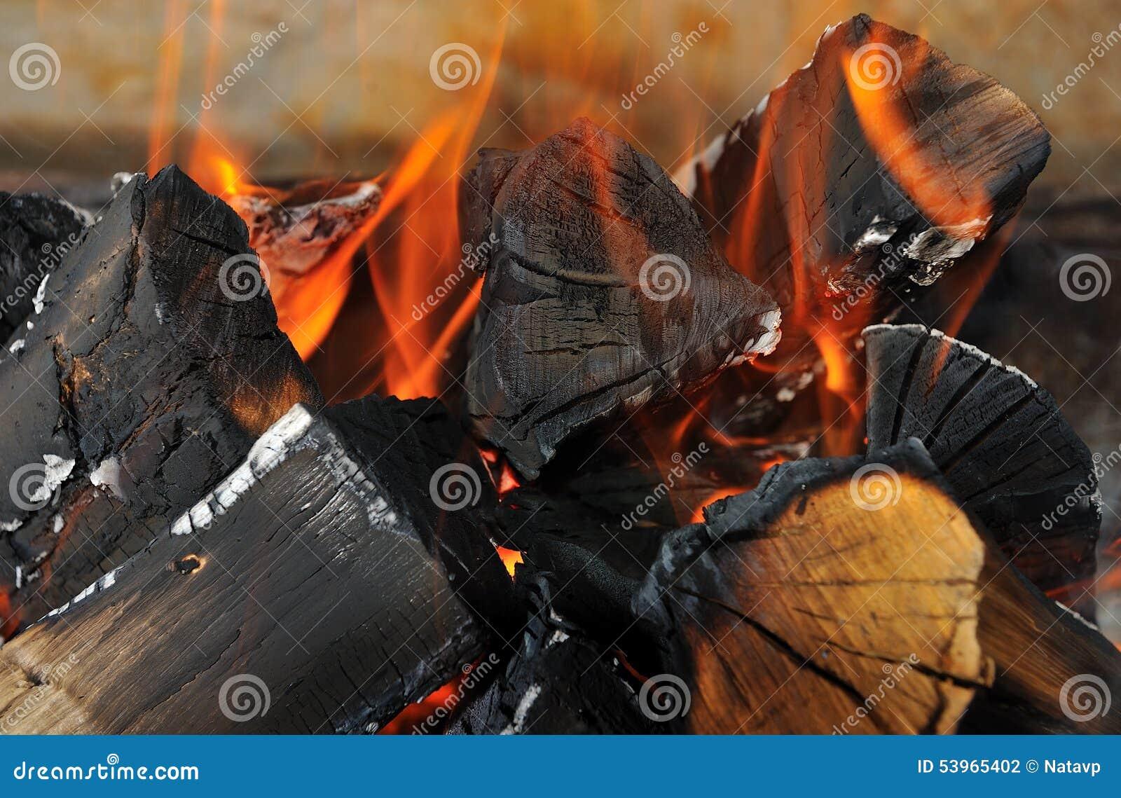 Het brandhout is op brand