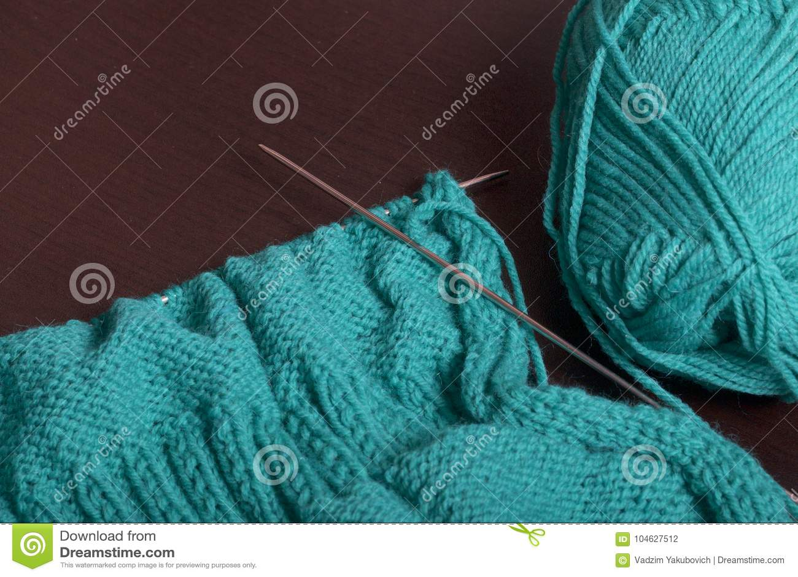 Download Het Breien Met Breinaalden Op Dark Ligt De Oppervlakte Van De Lijst Een Onvolledig Gebreid Product Met Breinaalden En Bedelaars Stock Foto - Afbeelding bestaande uit knitting, manier: 104627512